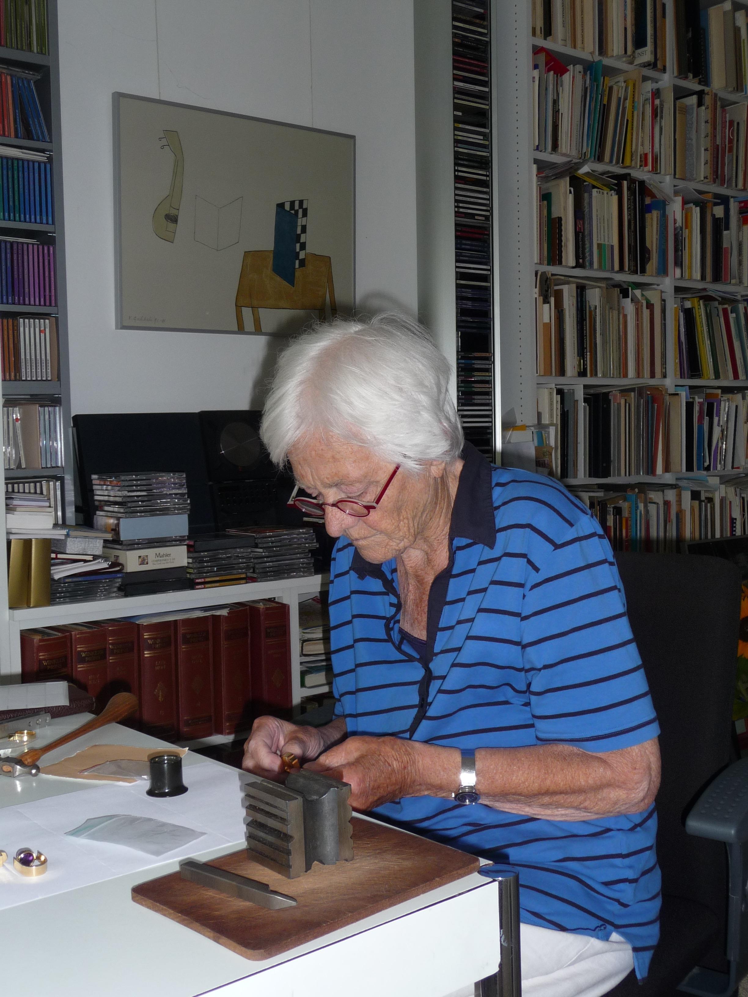 Riet Neerincx zet thuis haar meesterteken, 19 juli 2011, portret