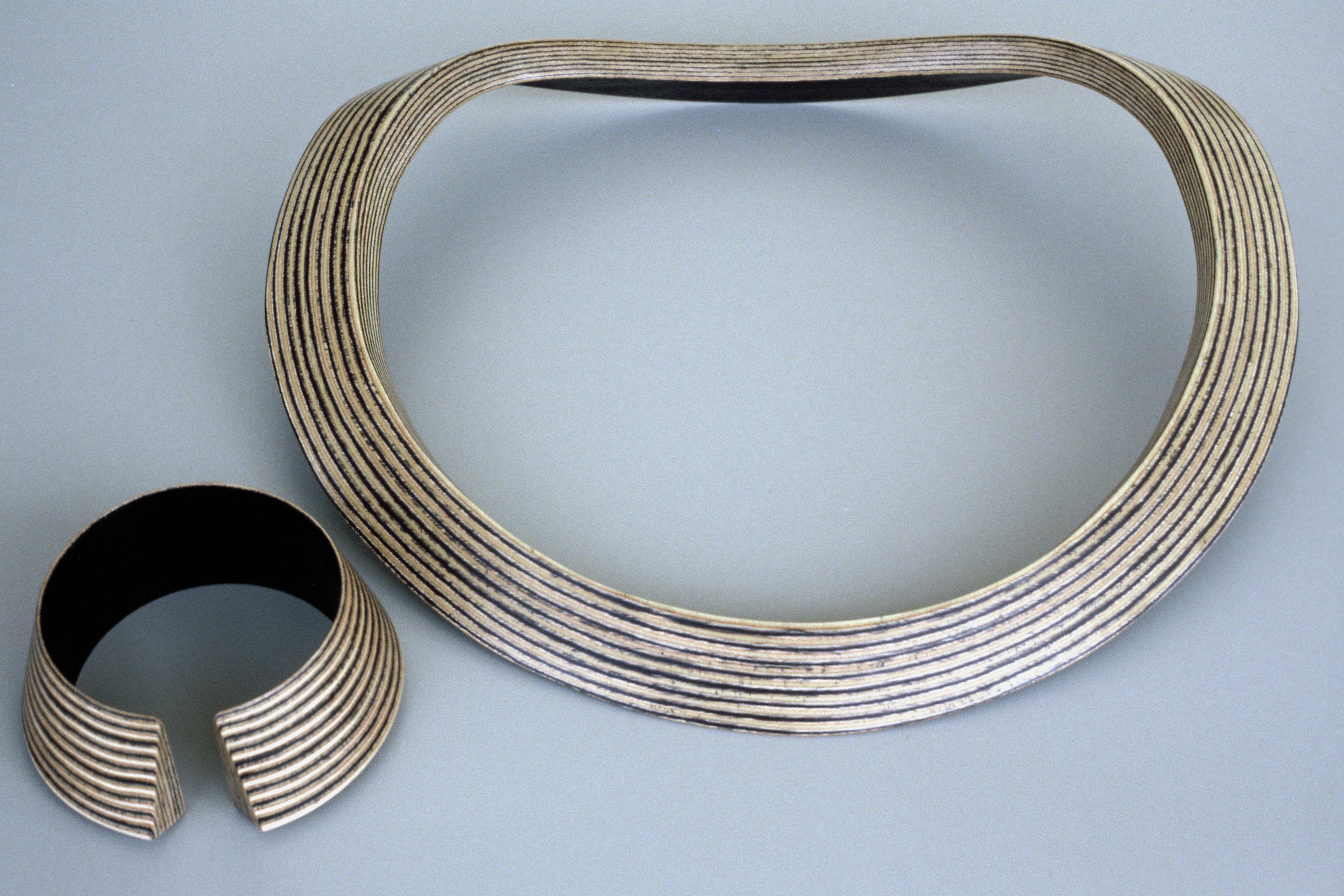 Maria Hees, Padova, armband en halssieraad, 1985. Collectie MOMA, hout