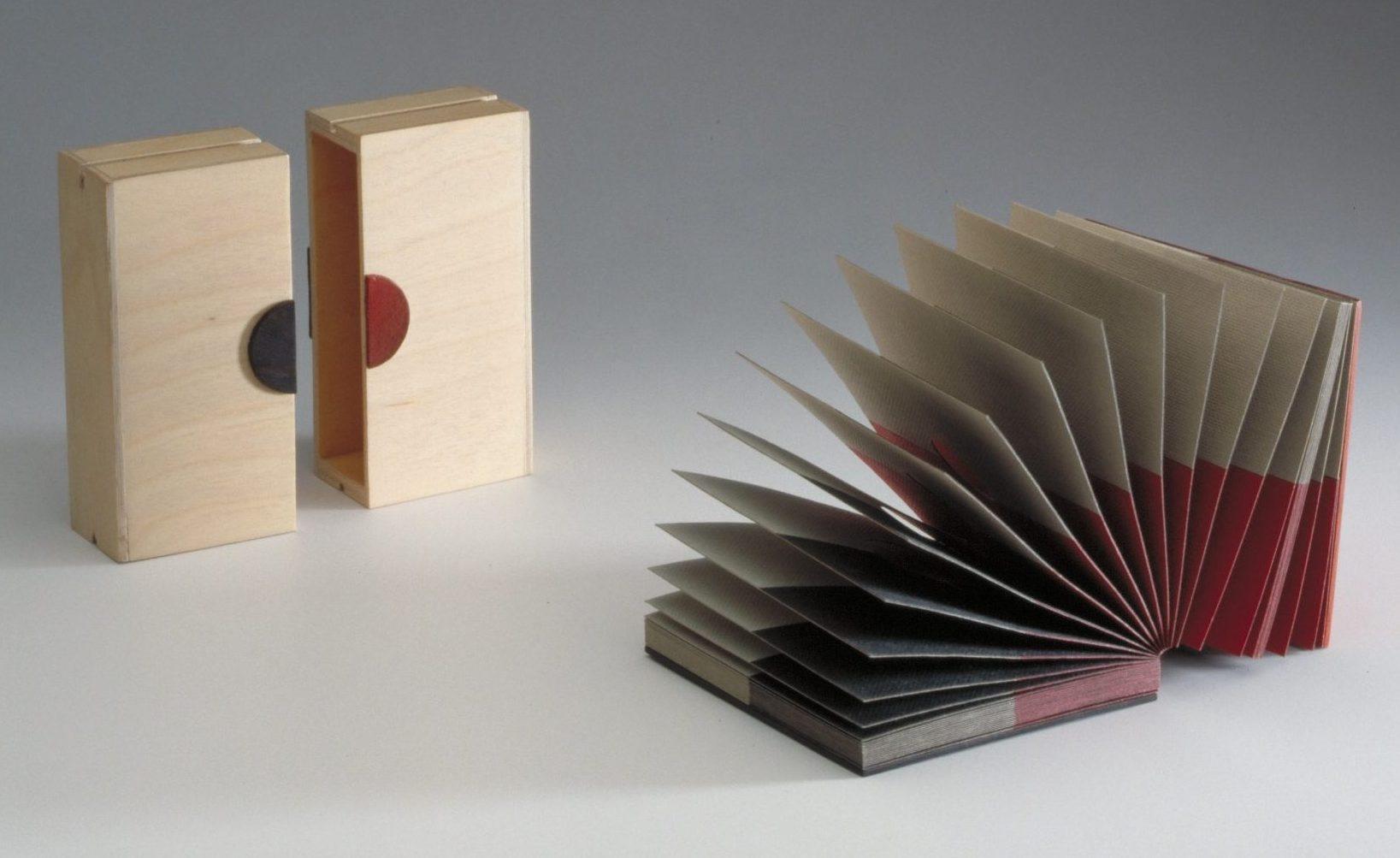 Nel Linssen, ontwerp trofee, 1992. Collectie Stichting Françoise van den Bosch, papier, hout