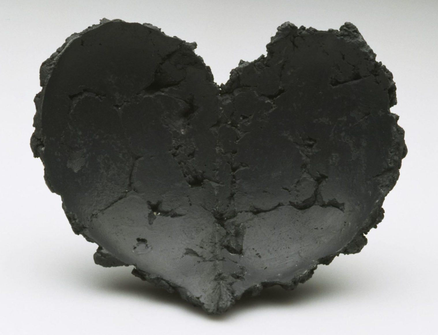Sally Marsland, Almost Black, broche, 2000-2001. Foto met dank aan Stichting Françoise van den Bosch©