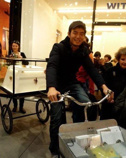 Akihiro Ikeyama met bakfiets in München, maart 2012. Foto met dank aan Galerie Rob Koudijs©