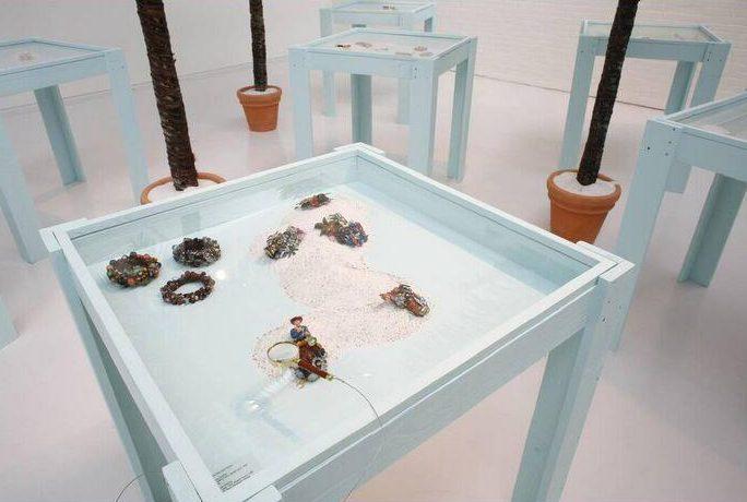 Betsy King, Summer Camp: Keuze uit de SM's collectie Amerikaanse sieraden, 2007, tentoonstelling, vitrine