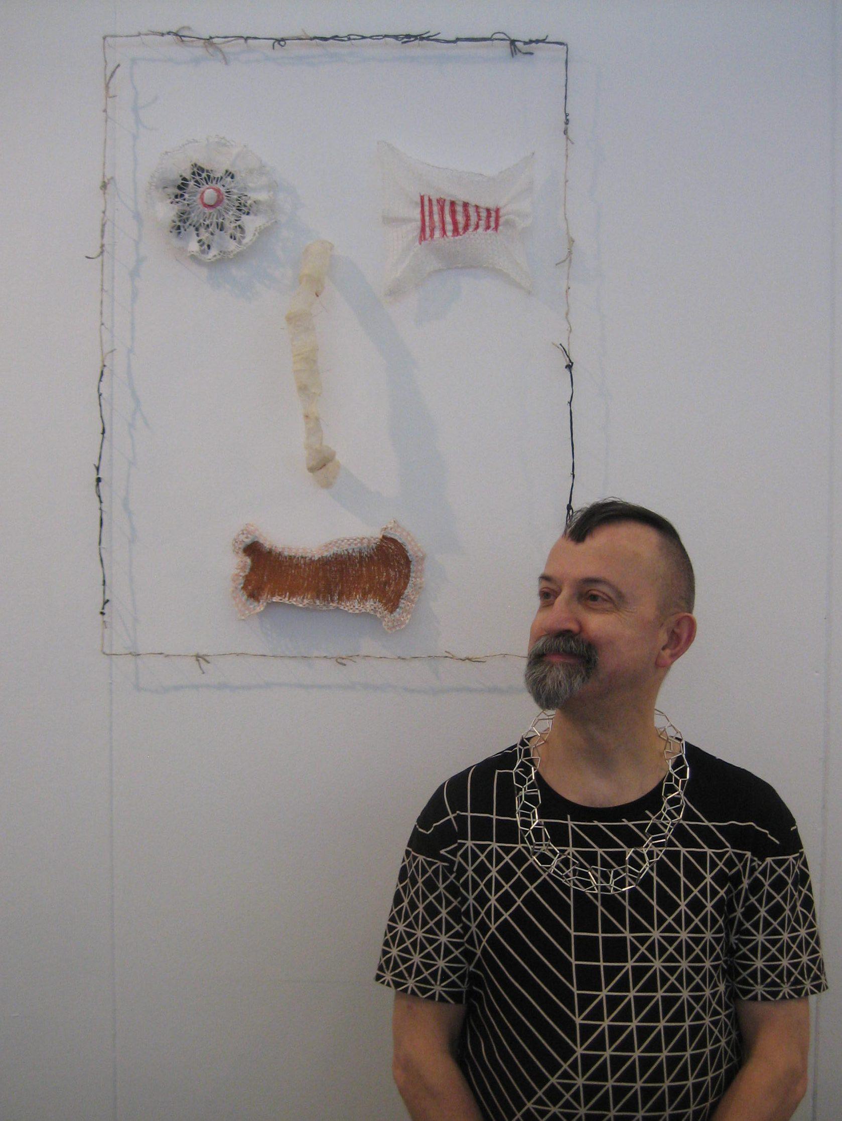 Paul Derrez voor wandobject Lam de Wolf tijdens KunstRAI 2017, portret