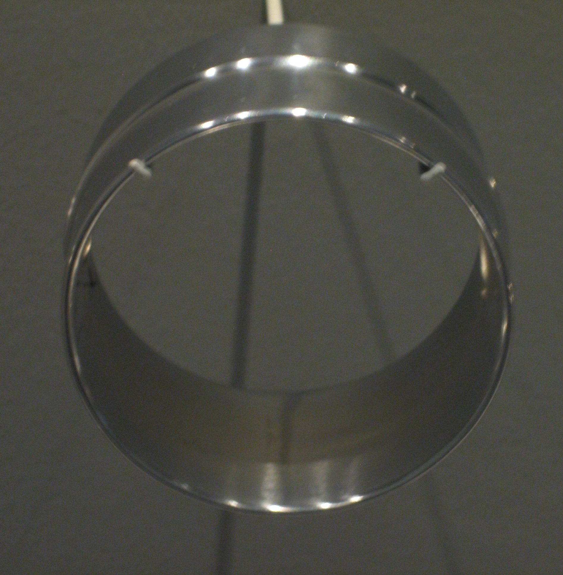 Françoise van den Bosch, armband. Museum Arnhem, koepelzaal, juli 2017. Foto Esther Doornbusch, metaal
