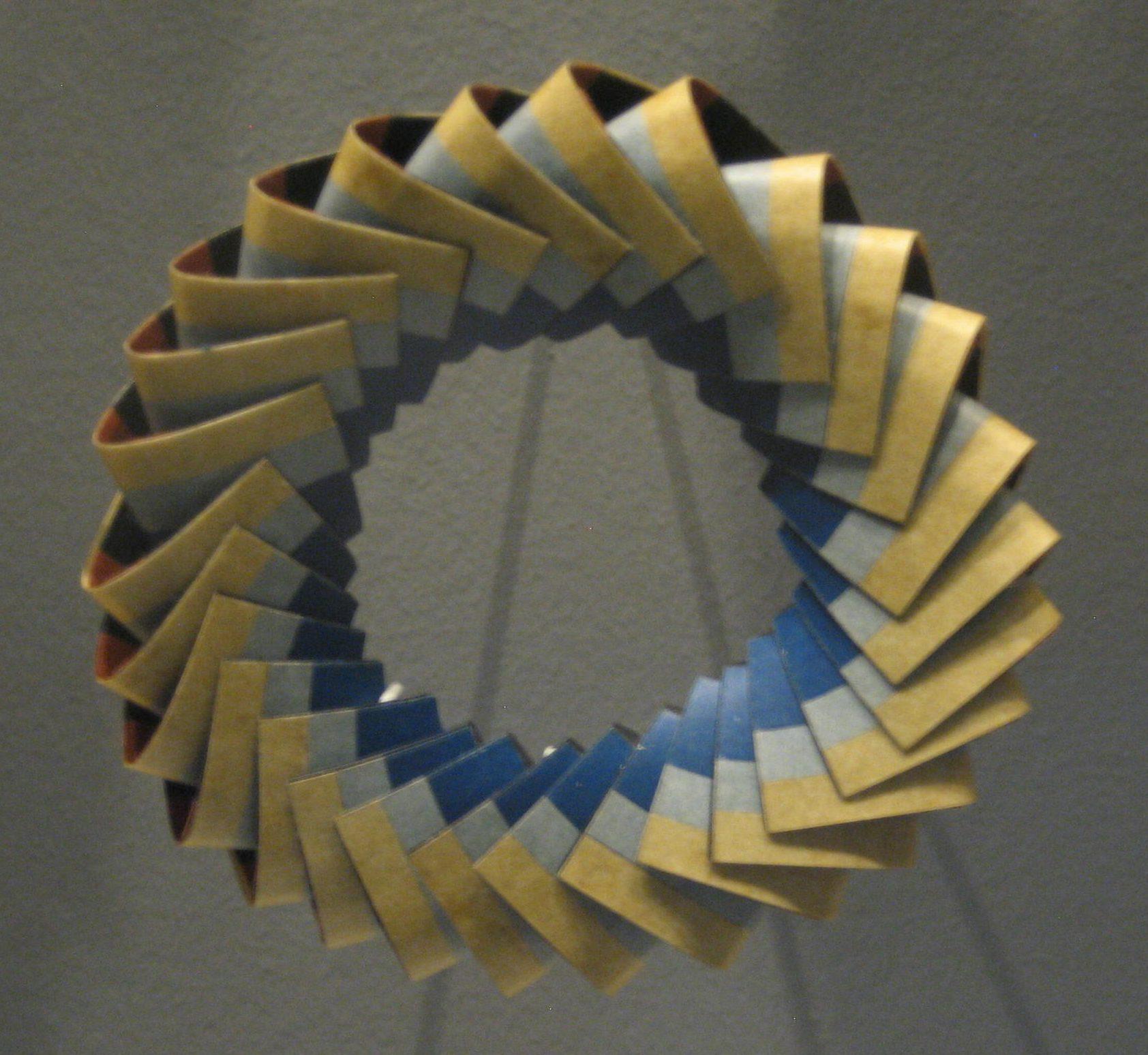 Nel Linssen, armband, 1989. Museum Arnhem, koepelzaal, juli 2017, papier, tentoonstelling, vitrine