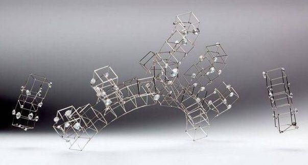 Marijke de Goey, De symbiose, diadeem, 2001. Collectie Design Museum Den Bosch, metaal