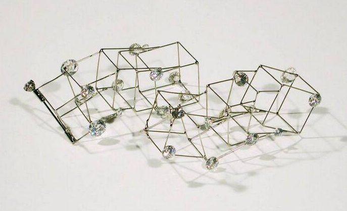 Marijke de Goey, De symbiose, oorhanger, 2001. Collectie Design Museum Den Bosch, metaal