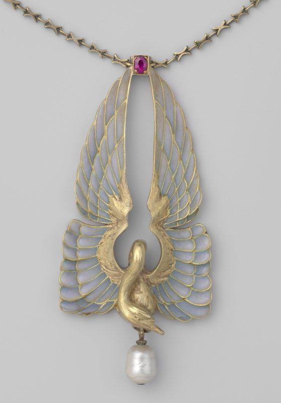 Philippe Wolfers, halssieraad, circa 1901. Collectie Rijksmuseum, BK-1977-246, goud, vensteremail, robijn, parel
