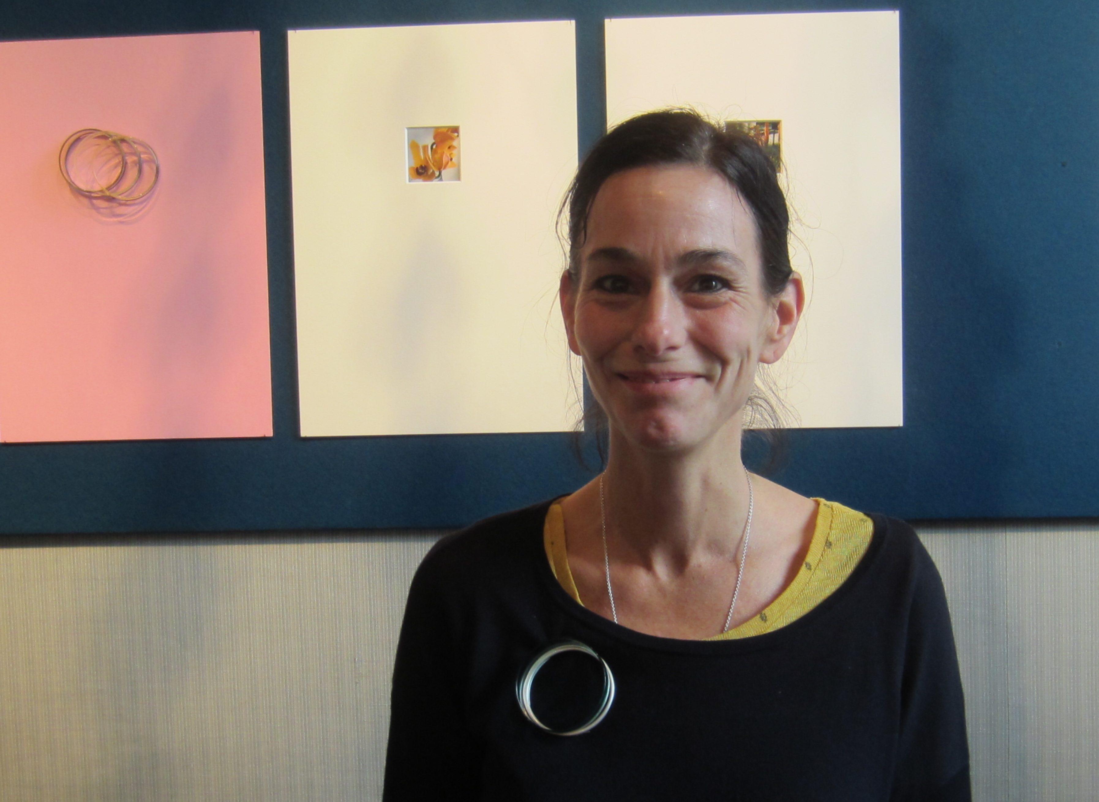 Gésine Hackenberg in Kunsthandel P. de Boer, november 2017, portret, broche