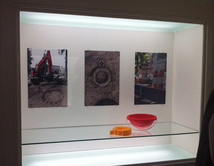 Liesbet Bussche in het Stedelijk Museum Amsterdam. Foto Liesbeth den Besten, vitrine, vaste opstelling, foto's, kunststof