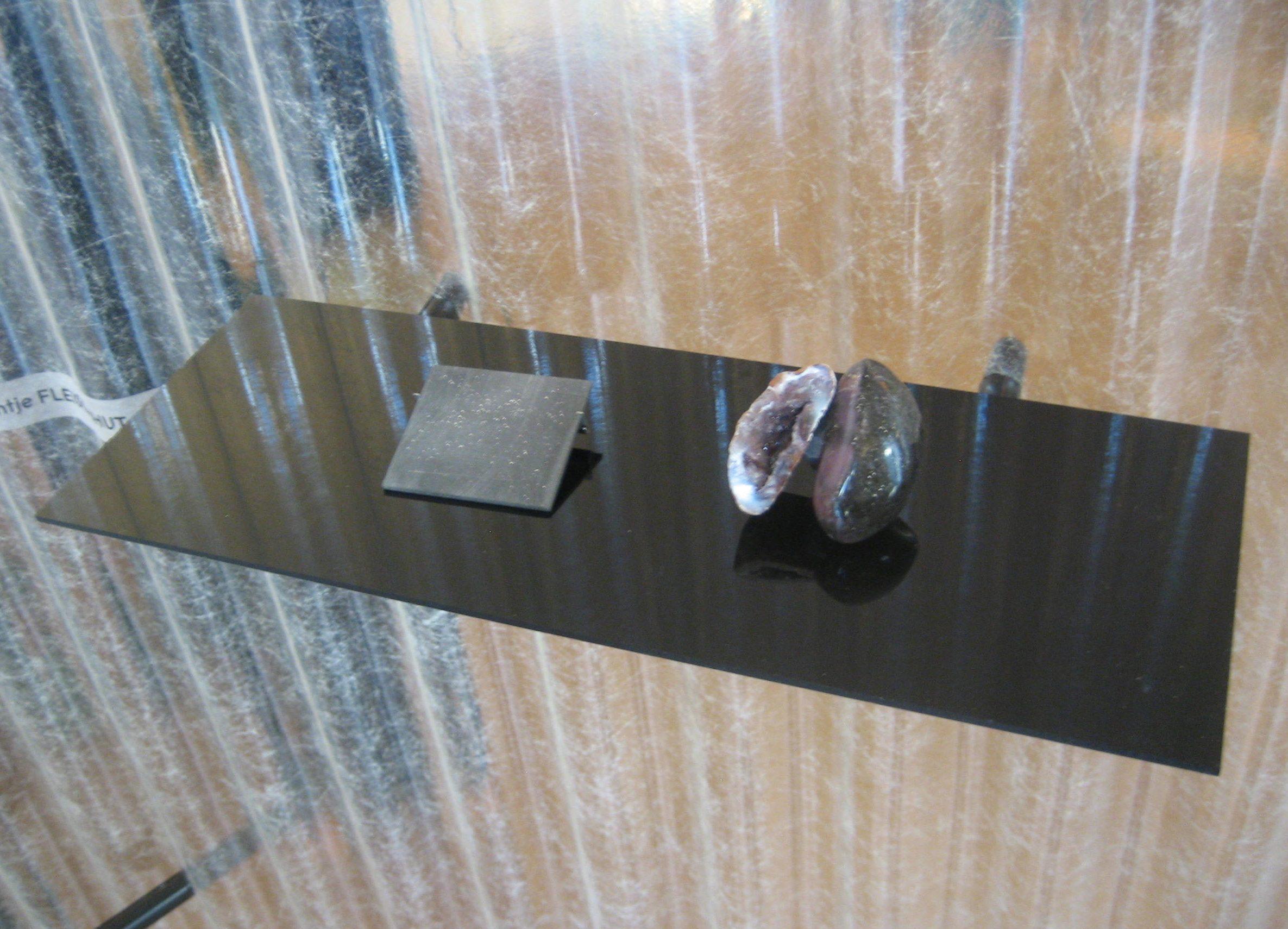 Jantje Fleischhut, halssieraad. Stralen & Reflecteren, Atelier Néerlandais, Parijs, oktober 2017, metaal, steen, tentoonstelling