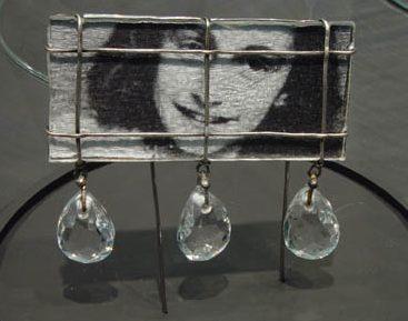 Marianne Schliwinski, Anne Frank, broche, 2007. Foto met dank aan Galerie Spektrum©