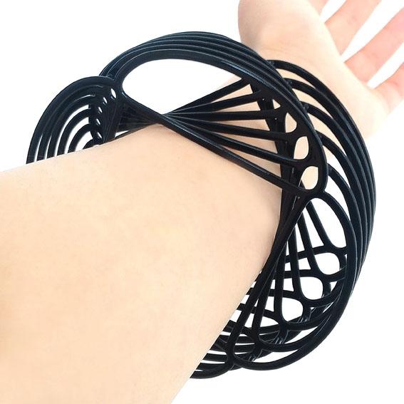 Momoko Kumai, Twisted Bracelet, armband. Courtesy Mobilia Gallery©
