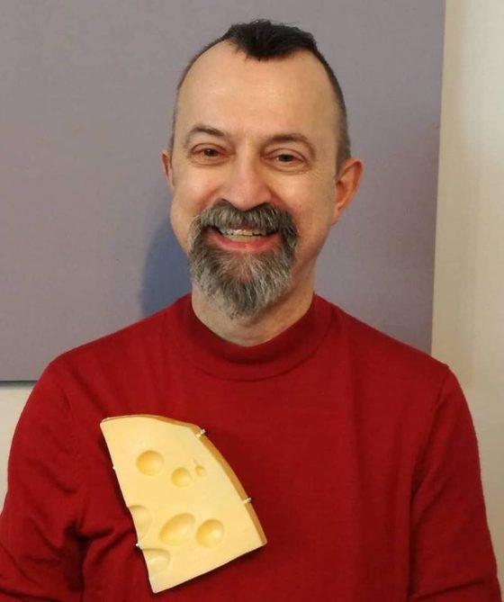 Paul Derrez draagt broche van Sigurd Bronger, München, maart 2018, foto Lieta Marziali, portret, kunststof, metaal