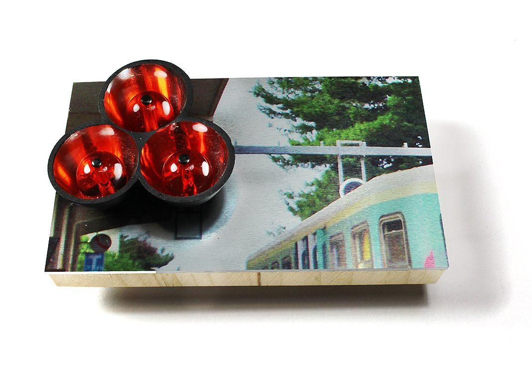 Herman Hermsen, Train with Red Lights, broche, hout, metaal