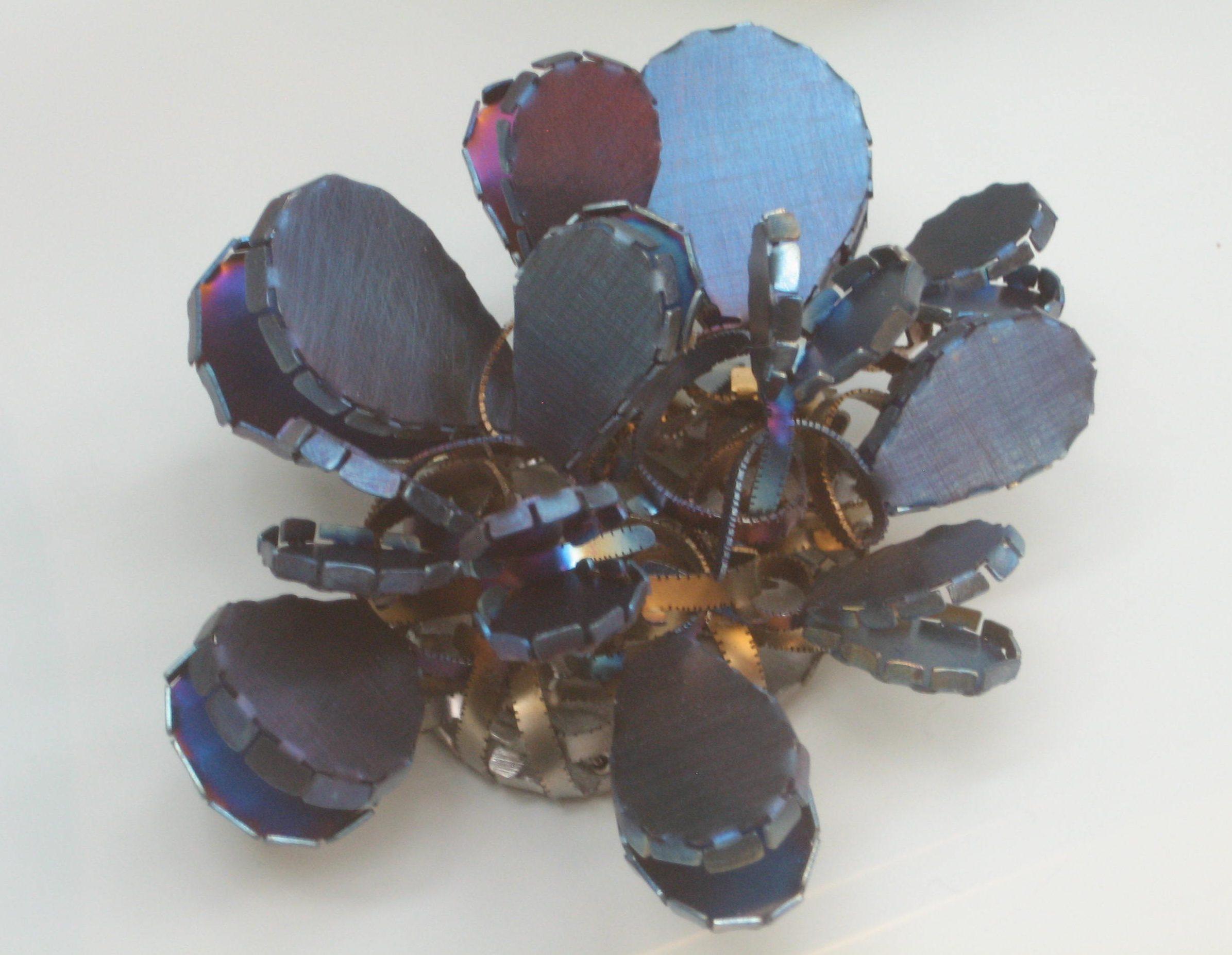 Mirjam Hiller, Catopsia 1, broche, 2009. Collectie Grassimuseum, metaal, coating