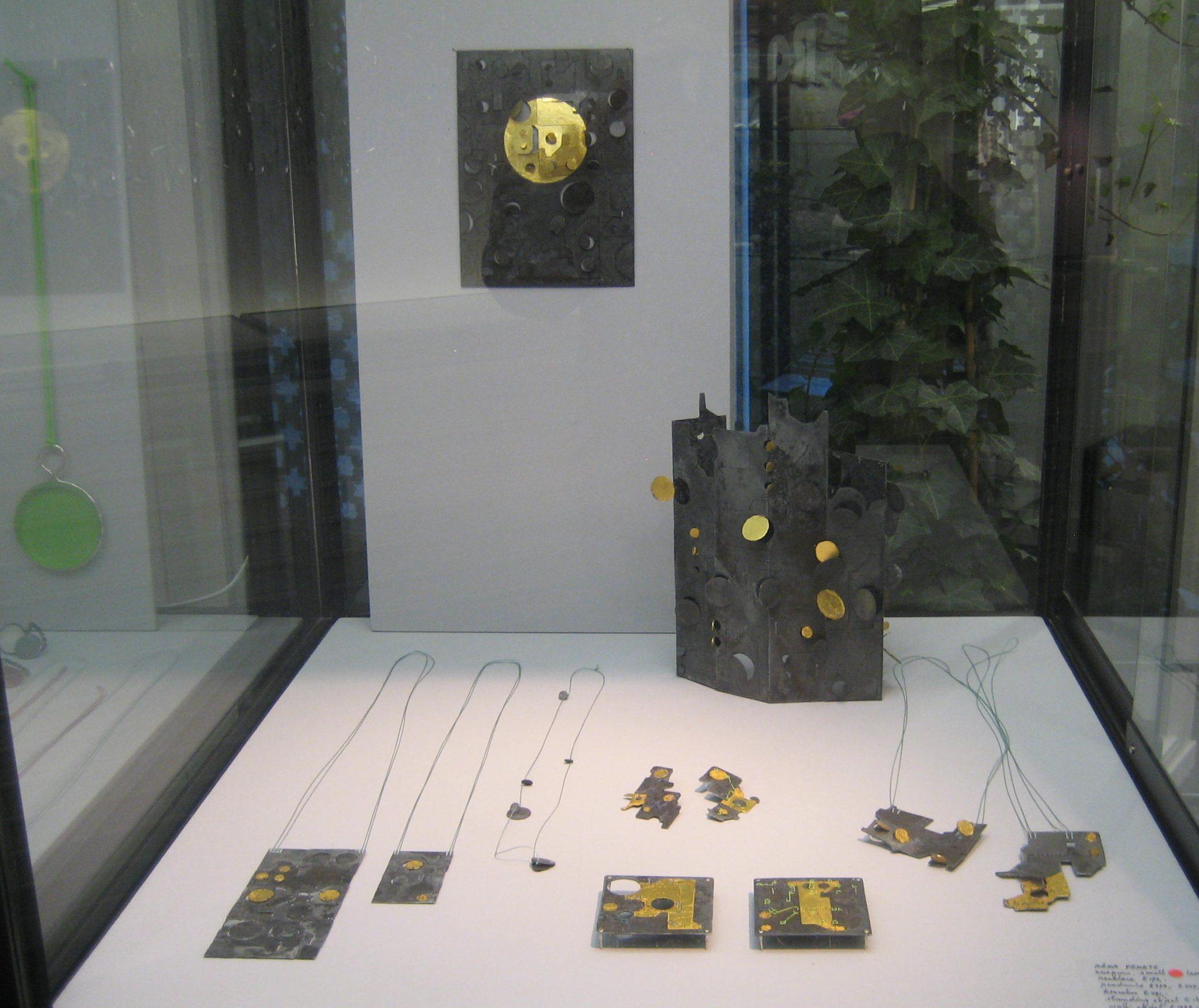 Réka Fekete, Galerie Ra, 2017, vitrine, halssieraden, broches, object, metaal, bladgoud, koord