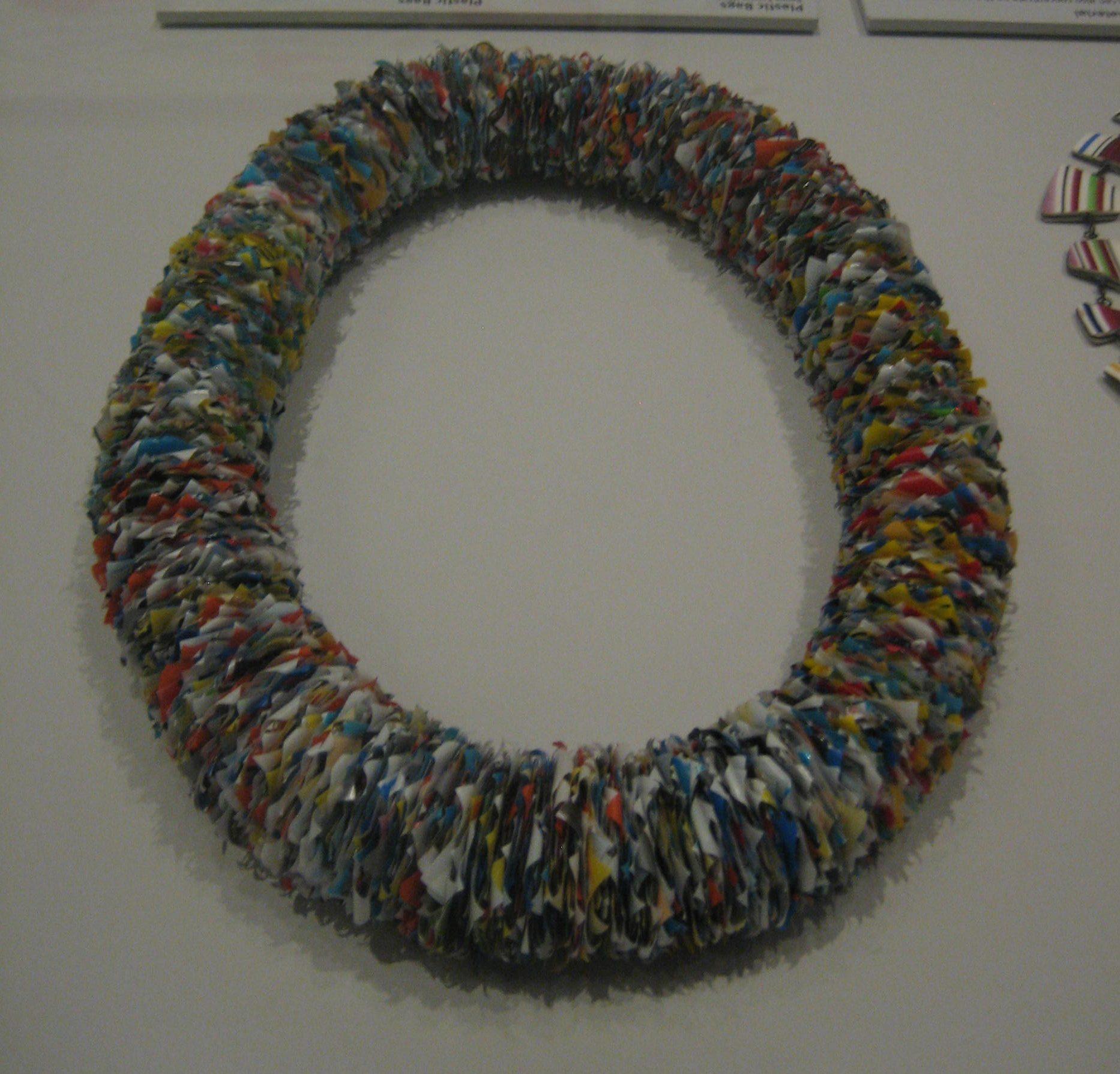 Beppe Kessler, Plastic Bags, halssieraad, 1985. Rijksmuseum, Tweede leven, 2017. Collectie Rijksmuseum, BK-2010-2-37, plastic, tentoonstelling, vitrine