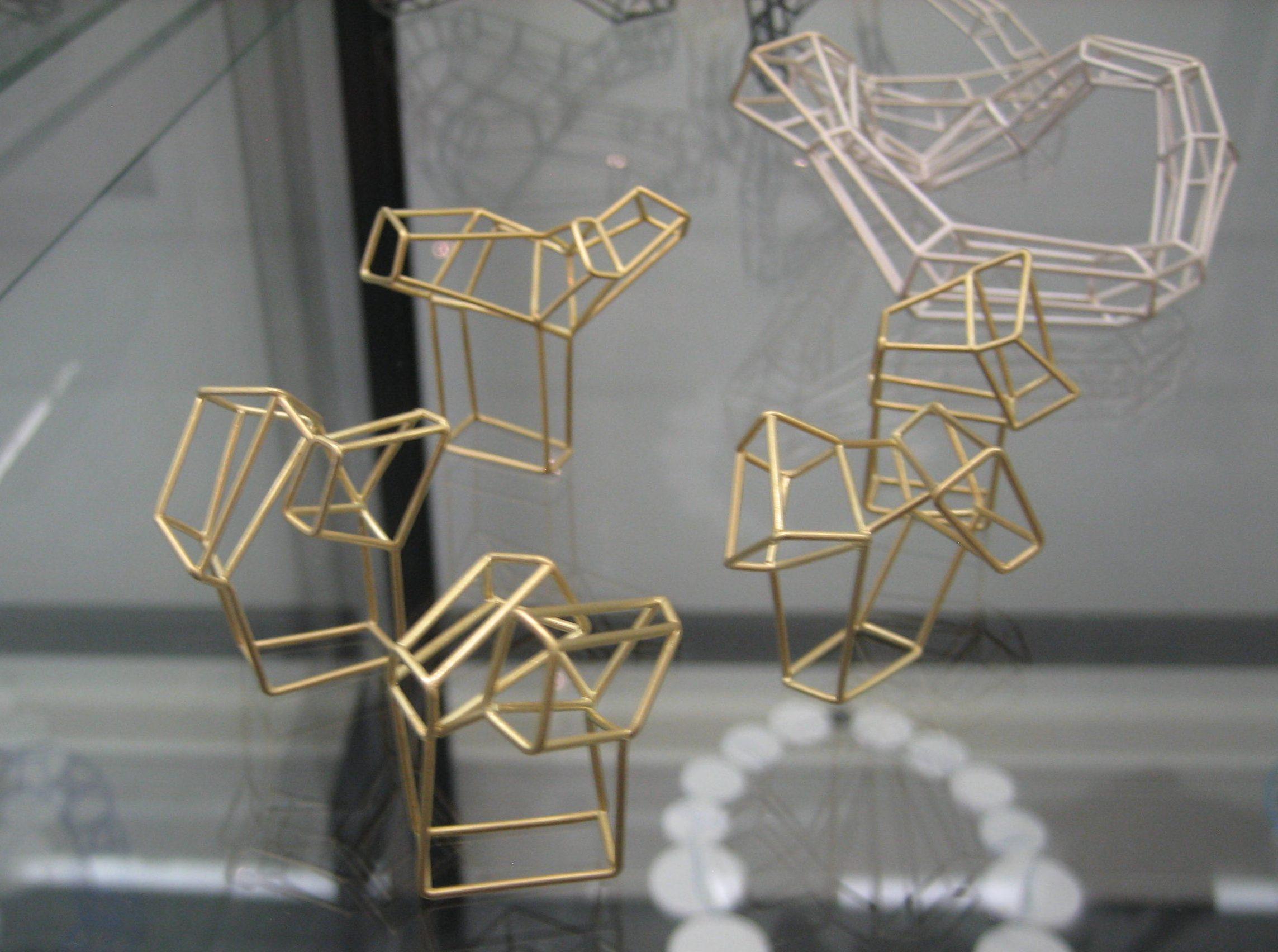 Carlier Makigawa, ringen in Galerie Ra, juni 2018, goud, vitrine