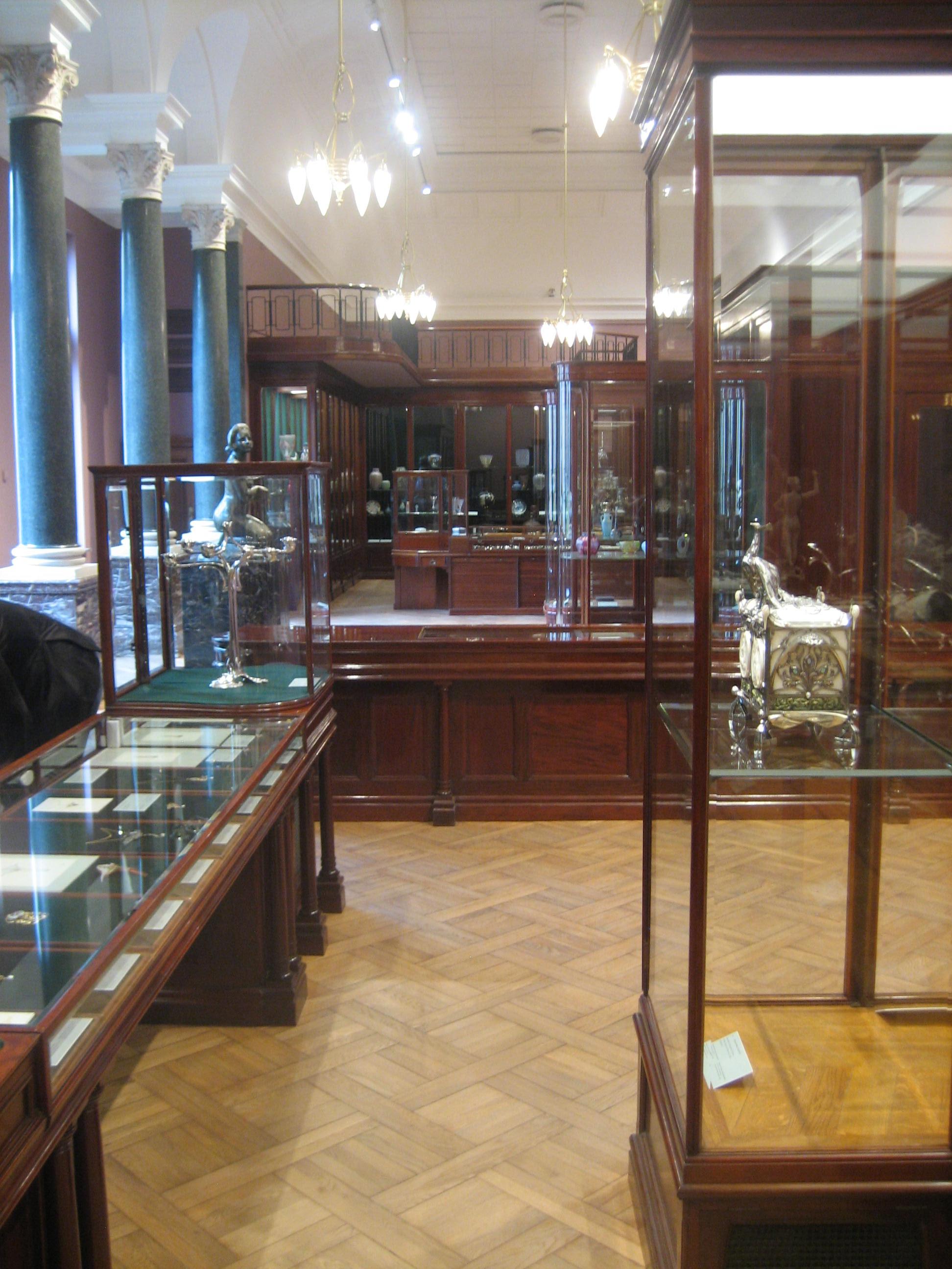 Winkel van Wolfers & Frères door Victor Horta in het Jubelparkmuseum, Brussel, 2018, vitrines, meubilair