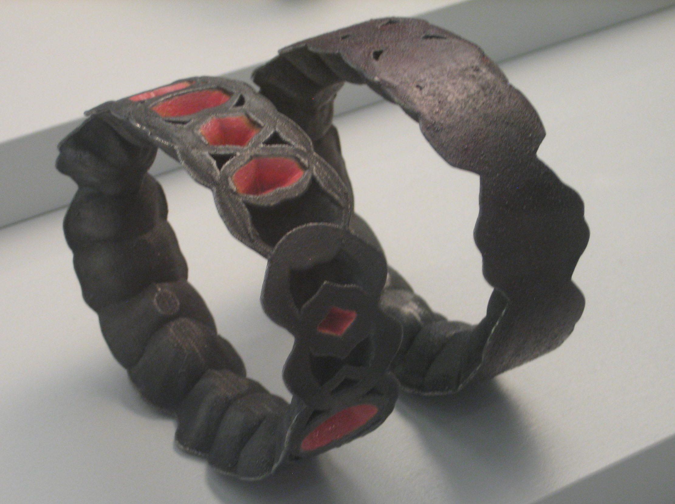 Beate Eismann, armbanden, 2010. Future Form, CODA, 2018, metaal, vitrine, tentoonstelling