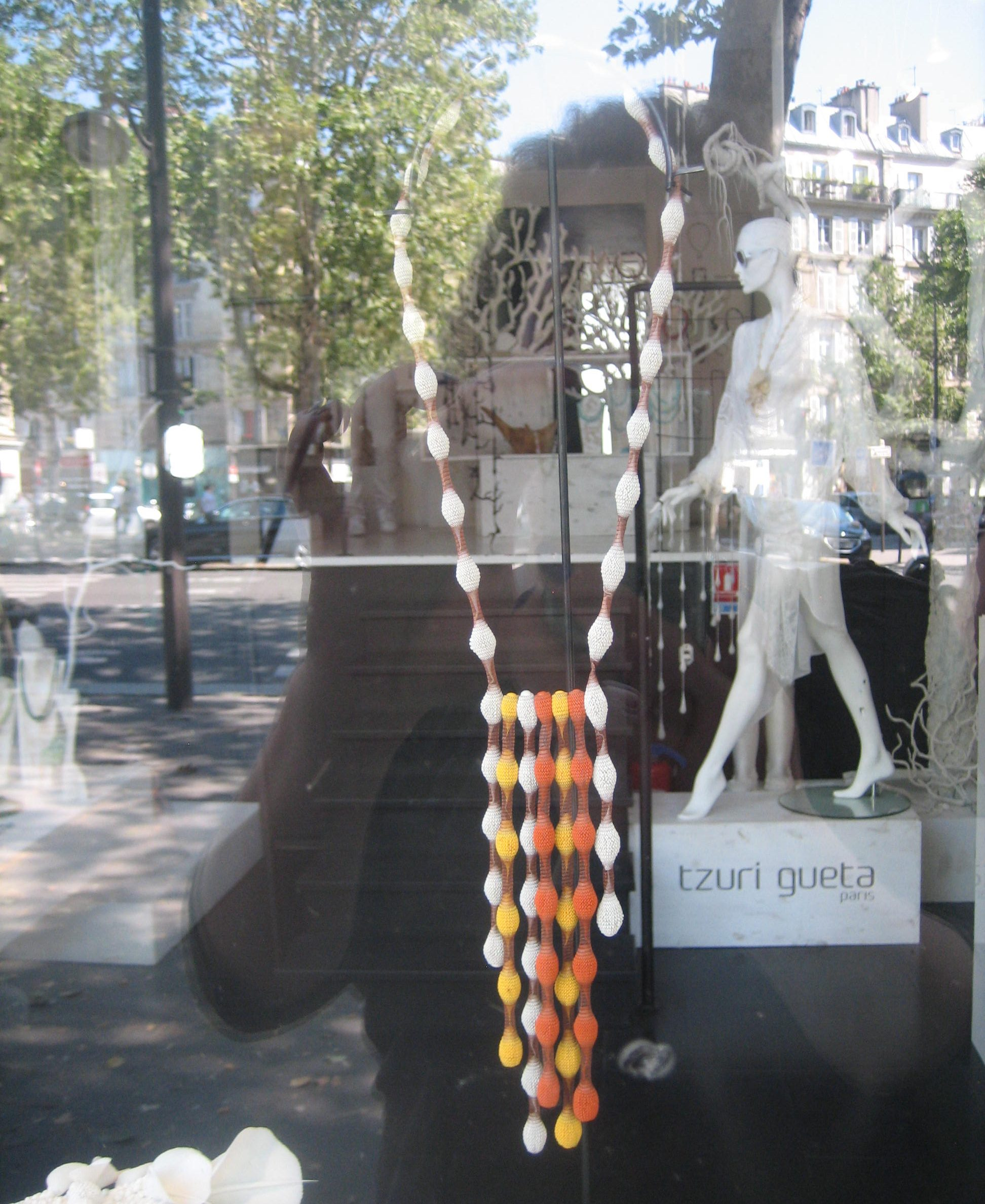 Tzuri Gueta, etalage Rue Dauphine, Parijs, juni 2018. Foto Esther Doornbusch, CC BY 4.0