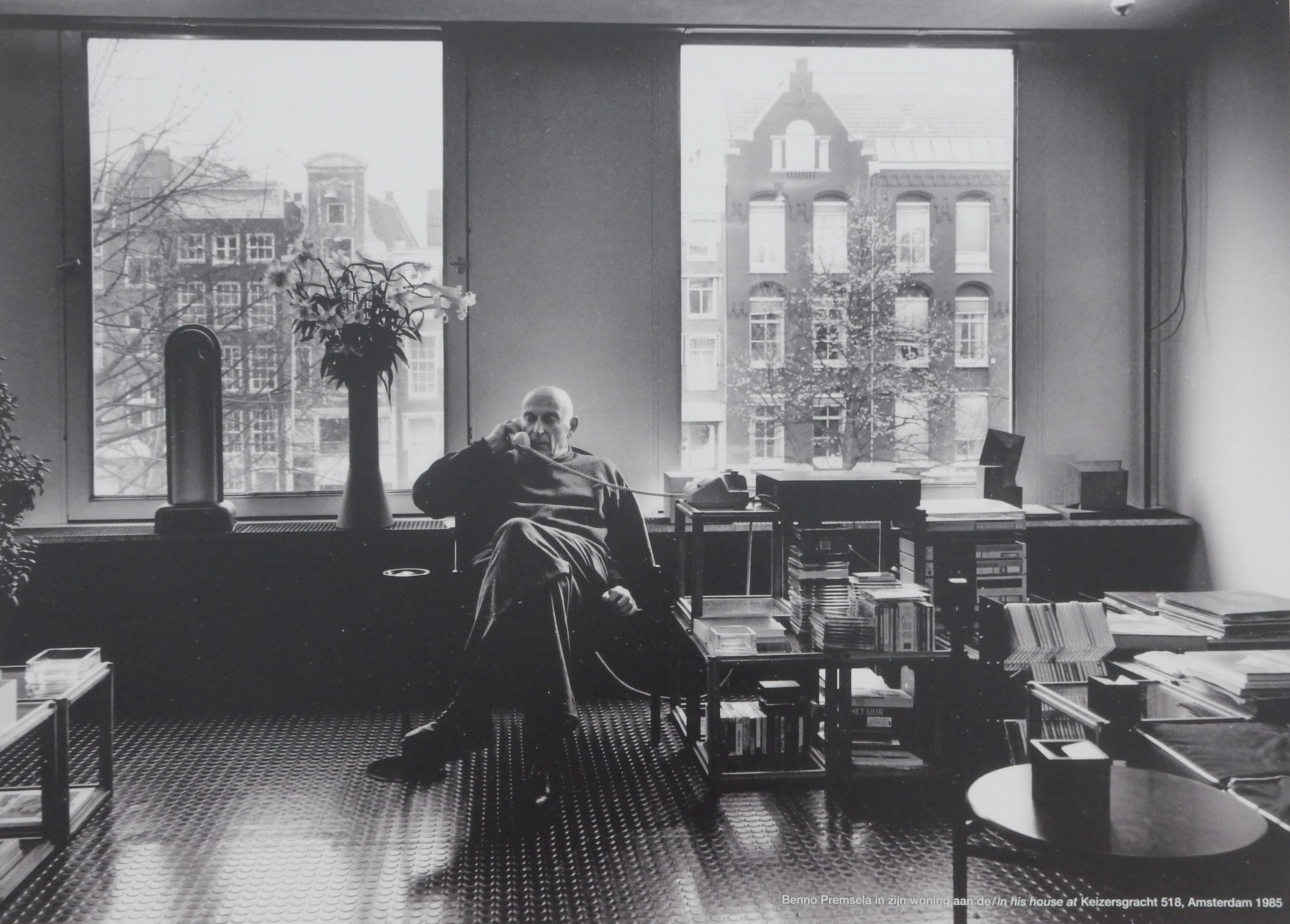 Benno Premsela in zijn woning aan Keizersgracht 518, 1985. Foto Esther Doornbusch, 28 augustus 2018