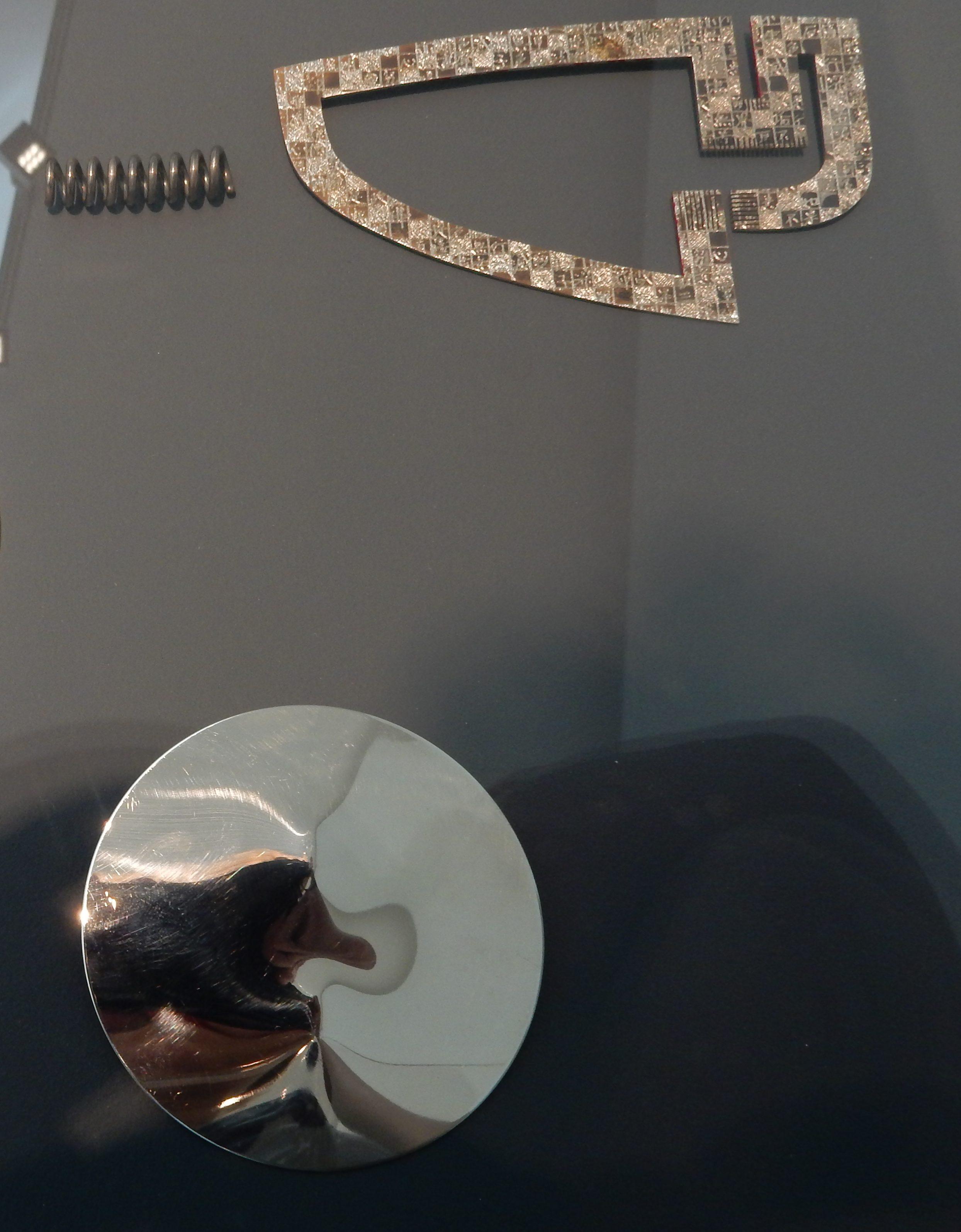 Paul Derrez, broche, 1976, Masako Hamaguchi, broche, circa 1989 en Jan Tempelman, broche, 1969. Collectie Benno Premsela, Show yourself, Design Museum Den Bosch, tentoonstelling, vitrine, metalen