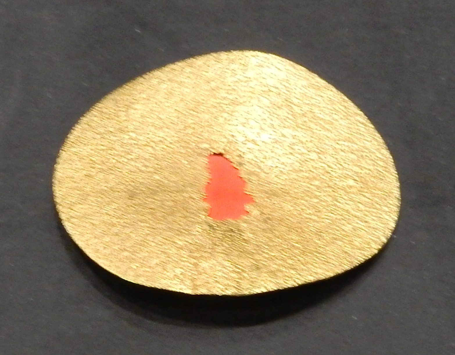 Georg Dobler, The Red Hole, broche, 1992. Show yourself, Design Museum Den Bosch, 2018, Collectie Yvònne Joris (2018 Collectie DMDB, S2018.024), goud