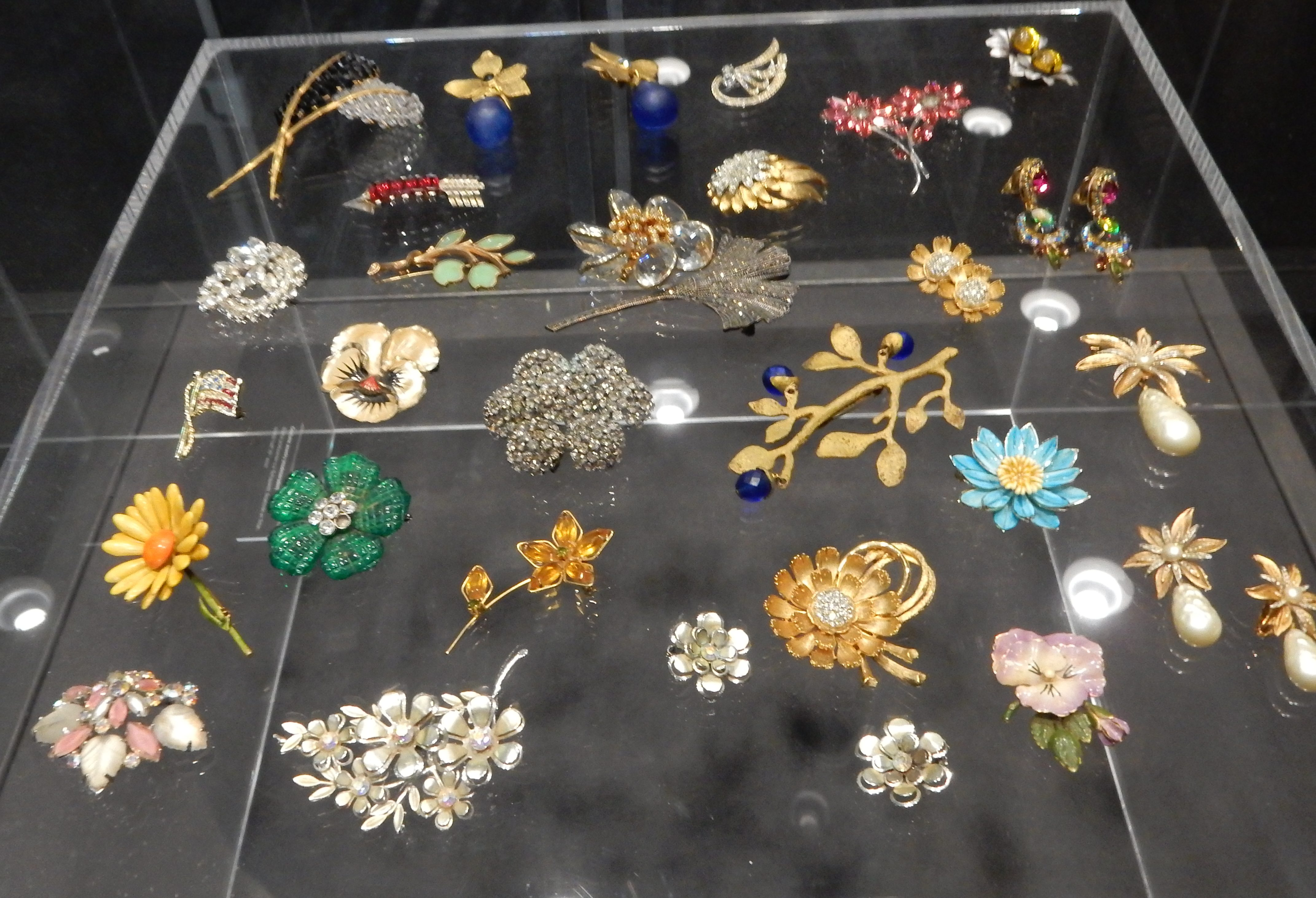 Costume jewellery. Show yourself, Design Museum Den Bosch, 2018, Collectie Yvònne Joris (2018 Collectie DMDB). Foto Esther Doornbusch, 28 augustus 2018, CC BY 4.0