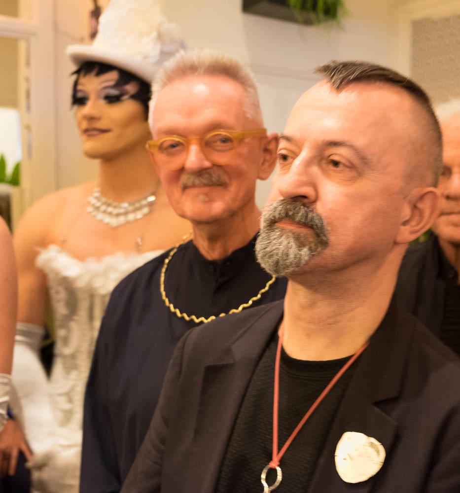 Paul Derrez en Willem Hoogstede tijdens het jubileumfeest van Galerie Ra, 16 oktober 2016, portret, halssieraden
