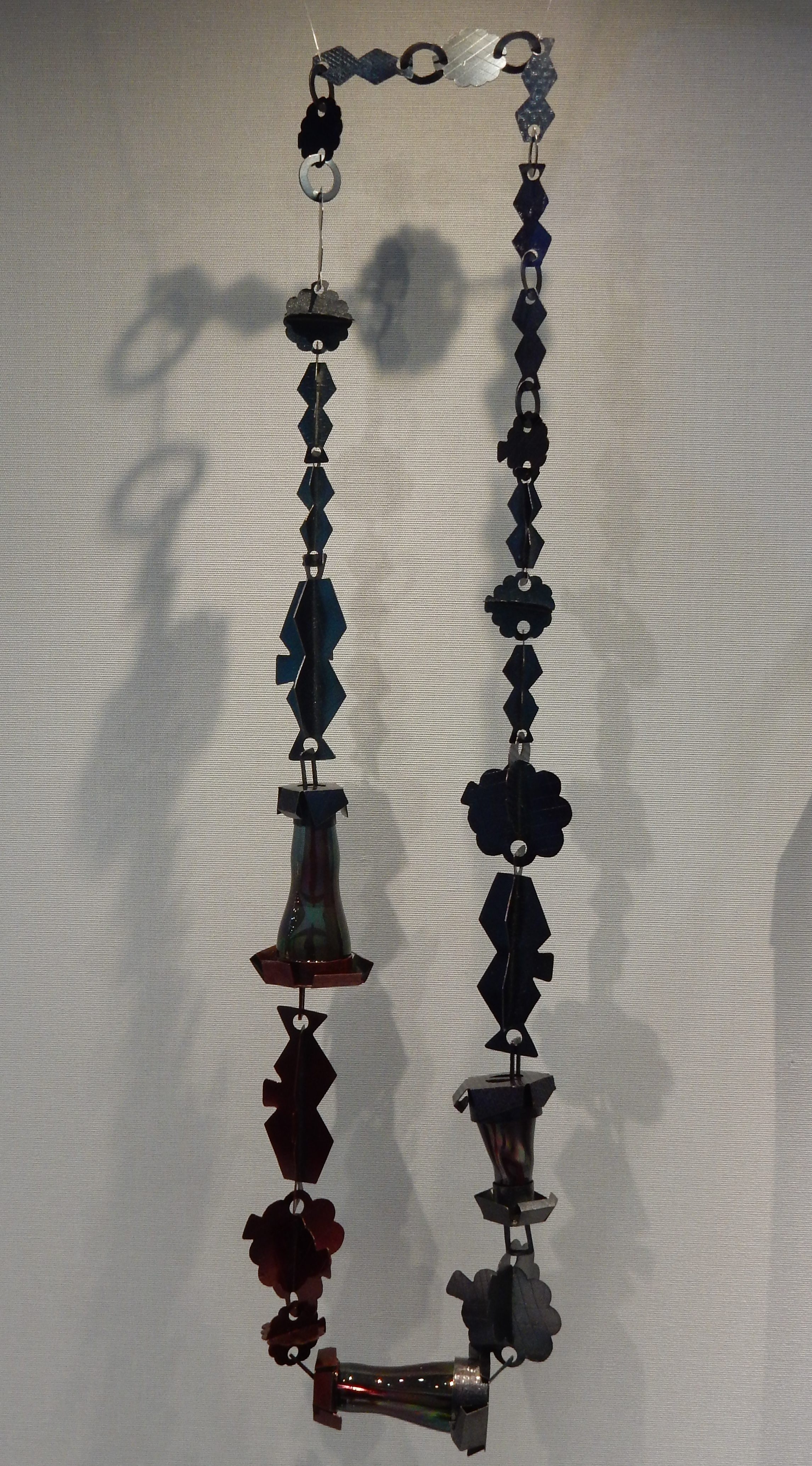 Helen Britton, Redblue, halssieraad, 2009. Schmuckmuseum Pforzheim, september 2018. Foto met dank aan Coert Peter Krabbe, CC BY 4.0