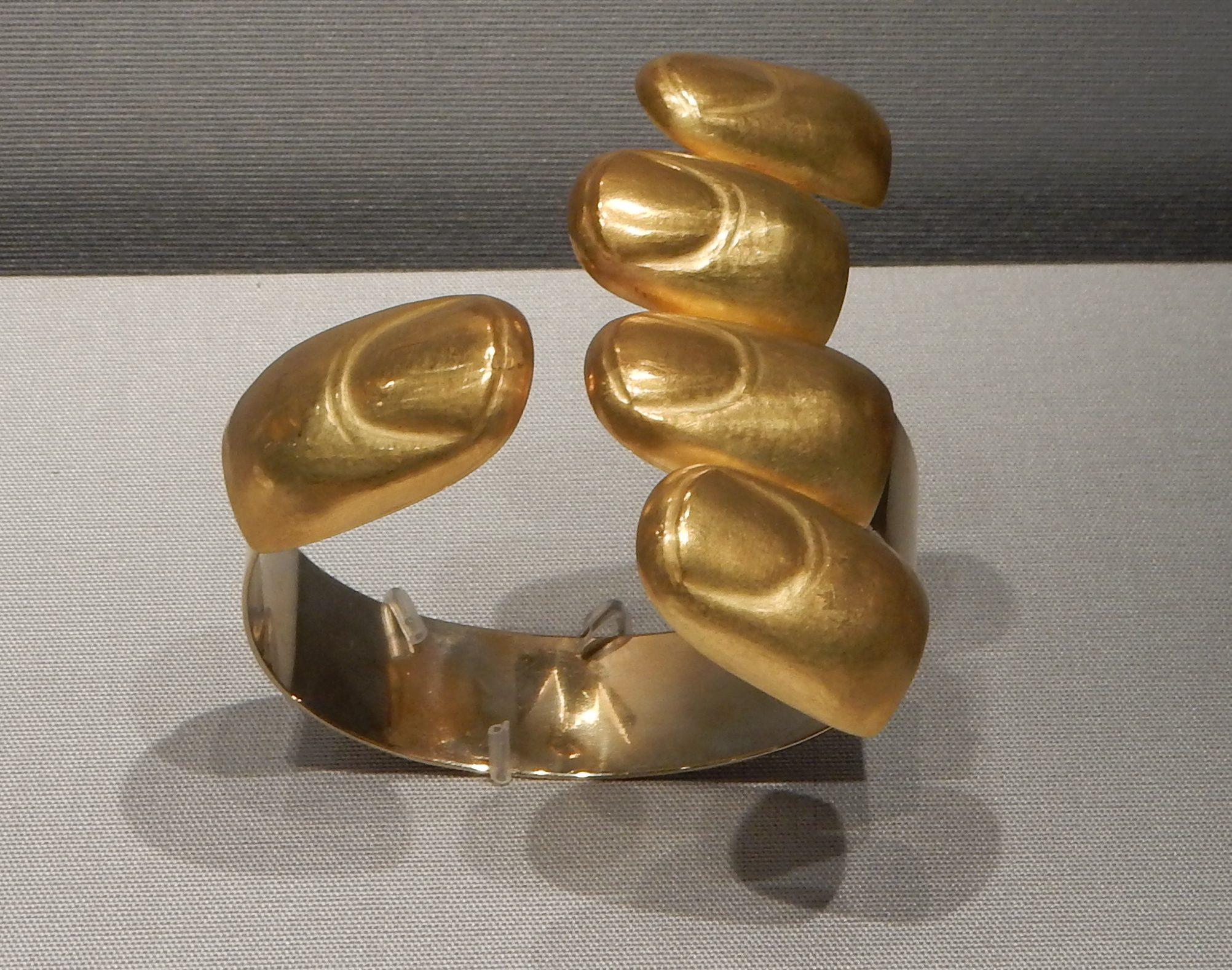 Bruno Martinazzi, Goldfinger, armband, 1969. Schmuckmuseum Pforzheim, september 2018. Foto met dank aan Coert Peter Krabbe, CC BY 4.0