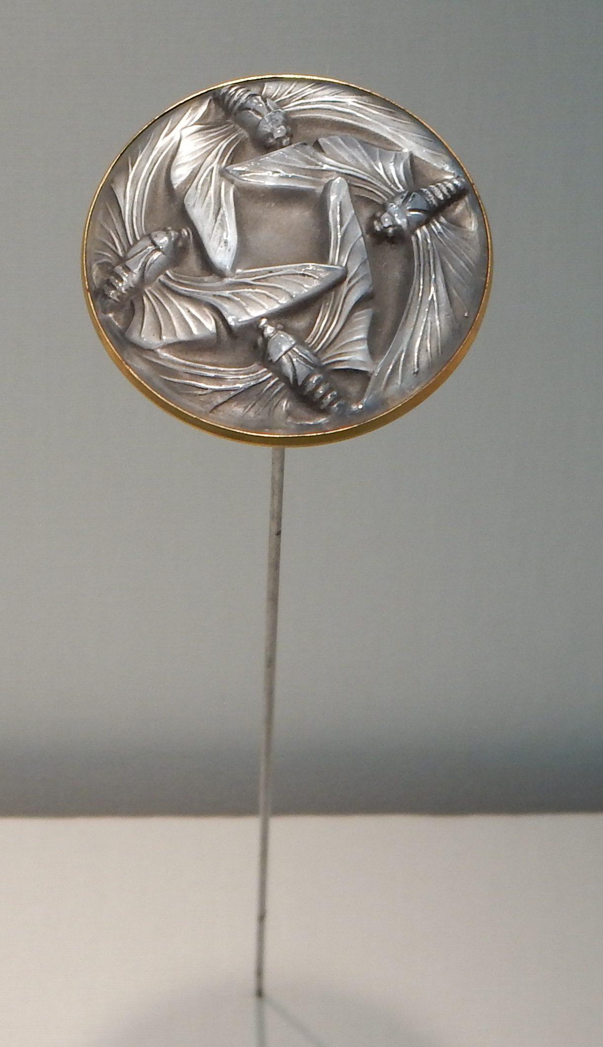 René Lalique, hoedennaald, 1908-1910. Schmuckmuseum Pforzheim, september 2018. Foto met dank aan Coert Peter Krabbe, CC BY 4.0