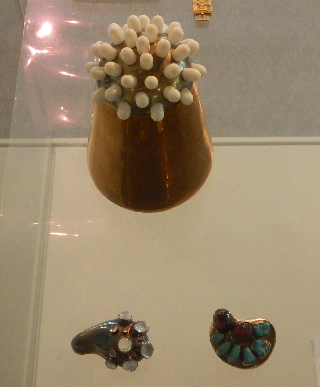 Ebbe Weiss-Weingart, object en broches. Collectie Badisches Landesmuseum, september 2018, foto Coert Peter Krabbe, metaal, stenen