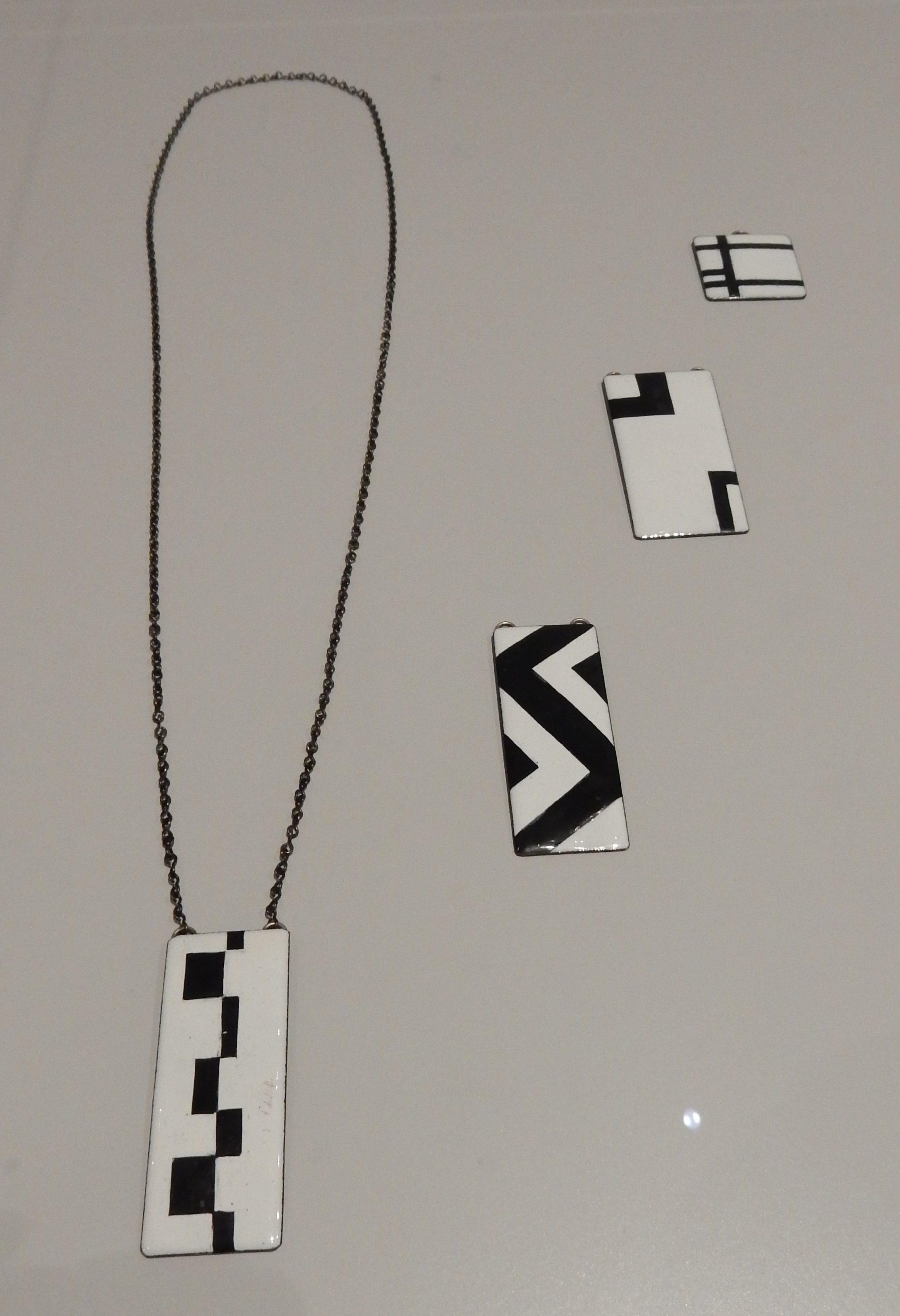 Hans Comis, halssieraad en hangers, circa 1965, BK-2010-2-67, 65, 68, 66. Rijksmuseum, afdeling Tweede helft twintigste eeuw. Foto Esther Doornbusch, november 2018, CC BY 4.0