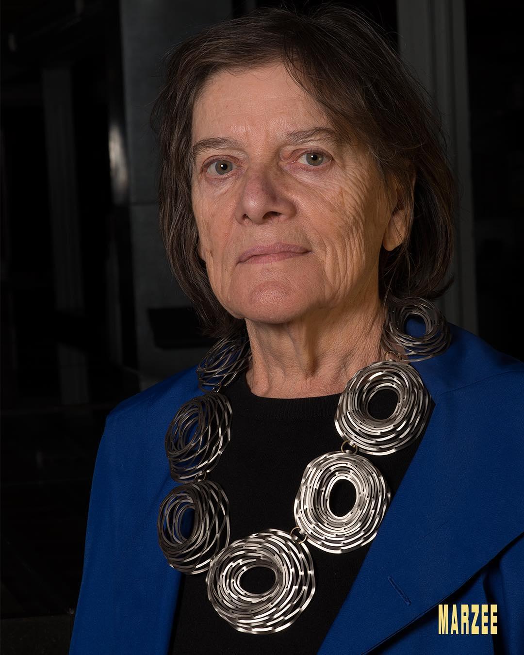 Marie-José van den Hout draagt Antje Bräuer, november 2018. Foto met dank aan Galerie Marzee/Michiel Heffels©