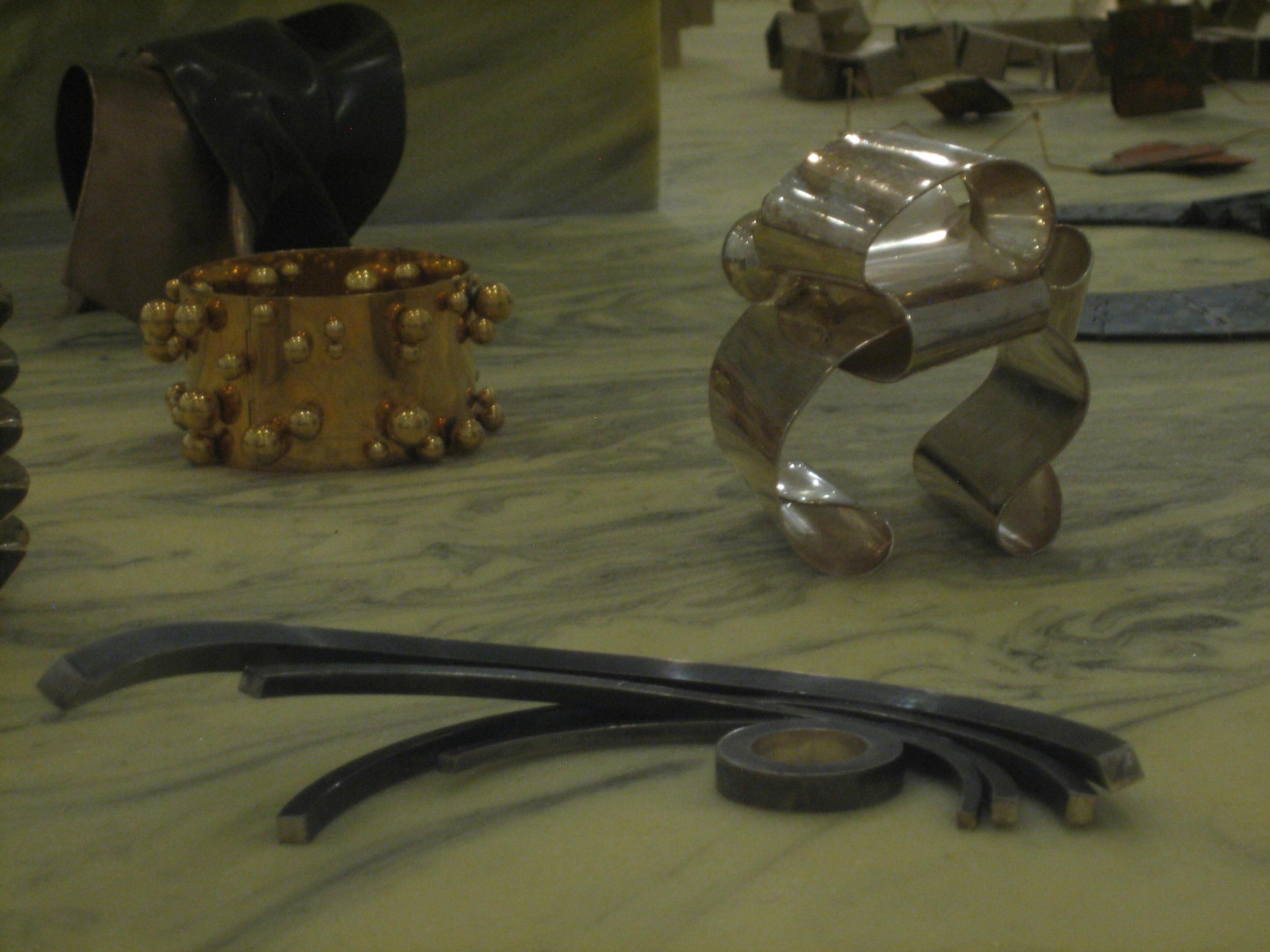 Pol Bury, armband, 1968, Alina Alamorean, Arc en Ciel, ring, 2012, Sophia Vari, Amazones, armband, 2011. Collectie S. Thierry-de Saint Rapt, tentoonstelling, metaal