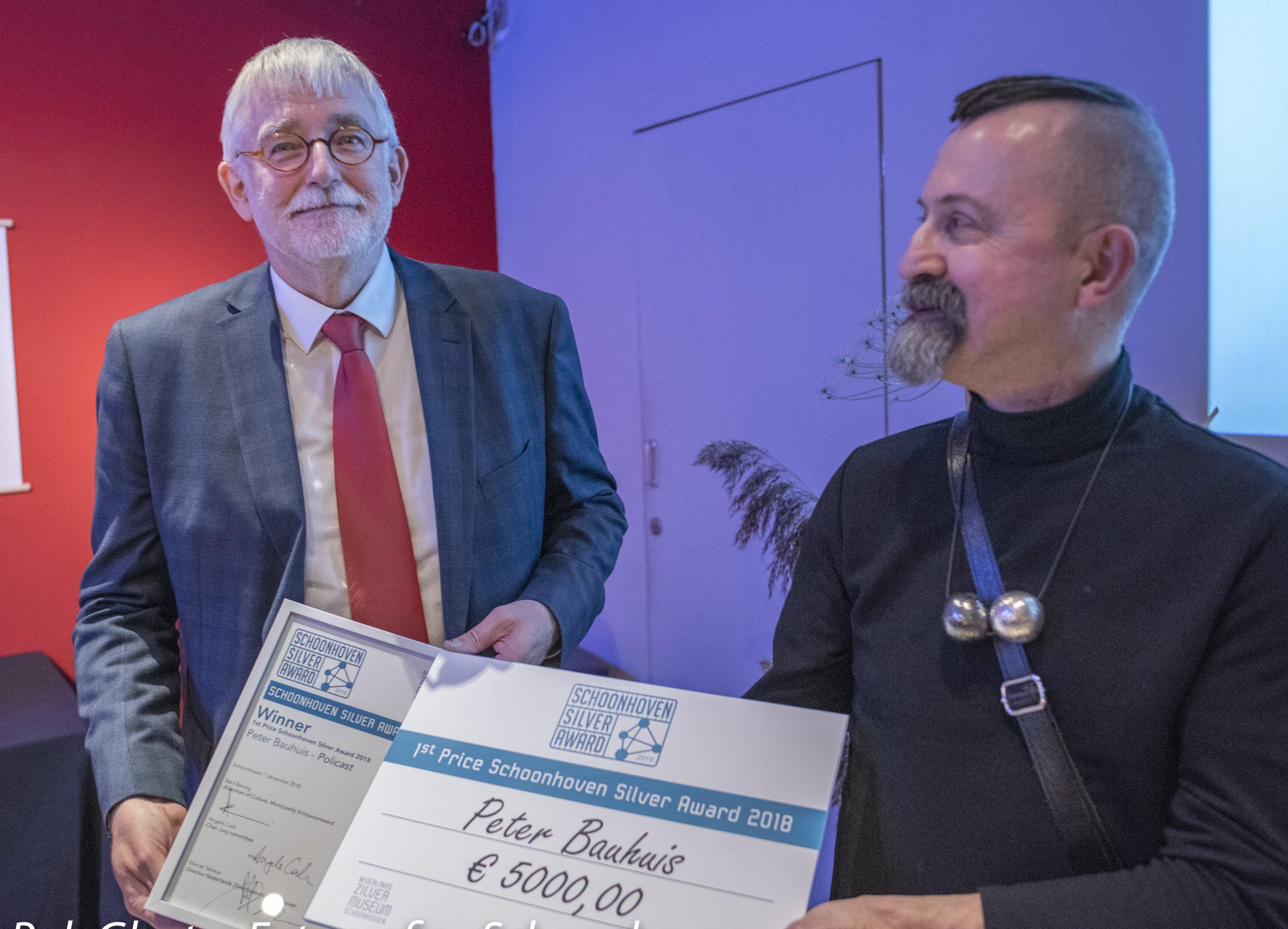 Paul Derrez neemt de Schoonhoven Silver Award in ontvangst namens Peter Bauhuis, 2018, foto Rob Glastra, portret, halssieraad, ziver, koord