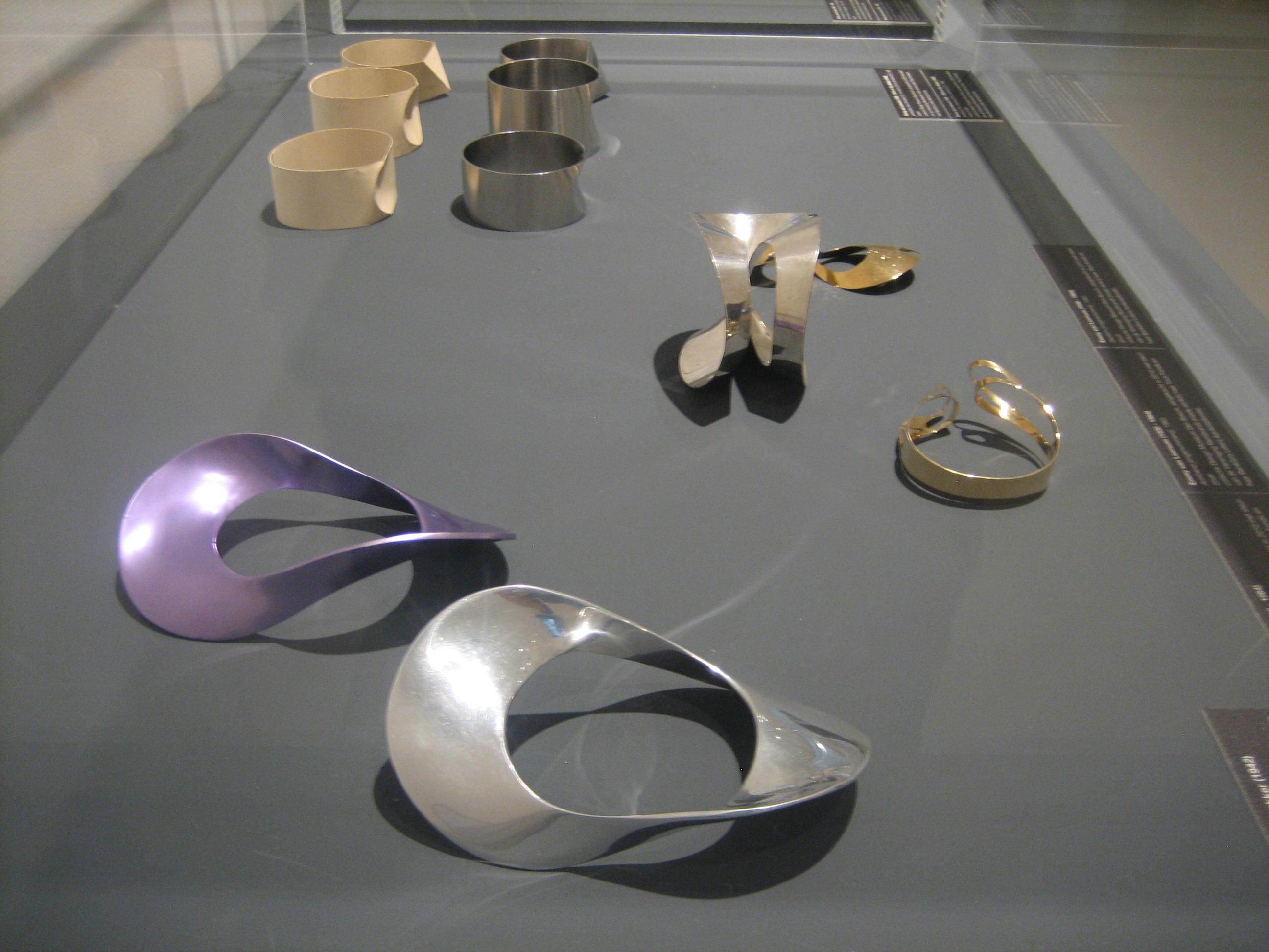 Emmy van Leersum, armbanden. Toen Emmy nu Gijs. Collectie Design Museum Den Bosch, vitrine, tentoonstelling, geanodiseerd aluminium