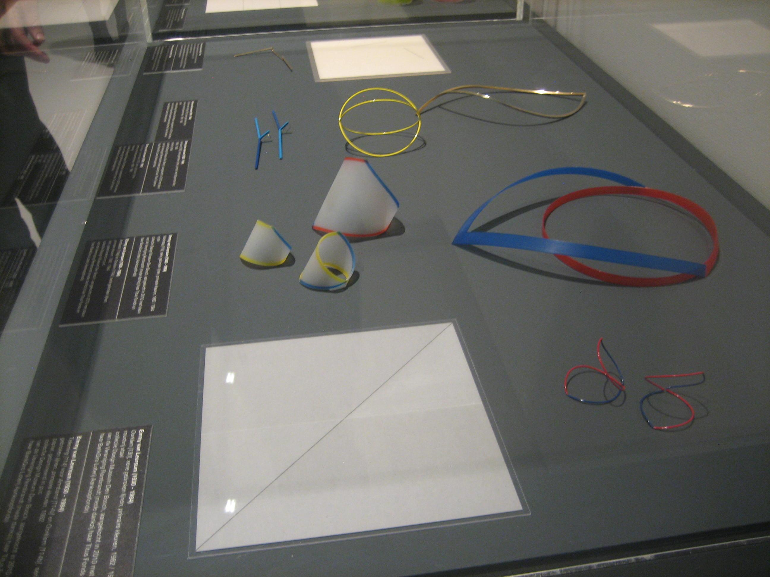 Emmy van Leersum, Toen Emmy nu Gijs, Design Museum Den Bosch, 2018, tentoonstelling, halssieraad, oorsieraden, armbanden, kunststof, metaal, vitrine