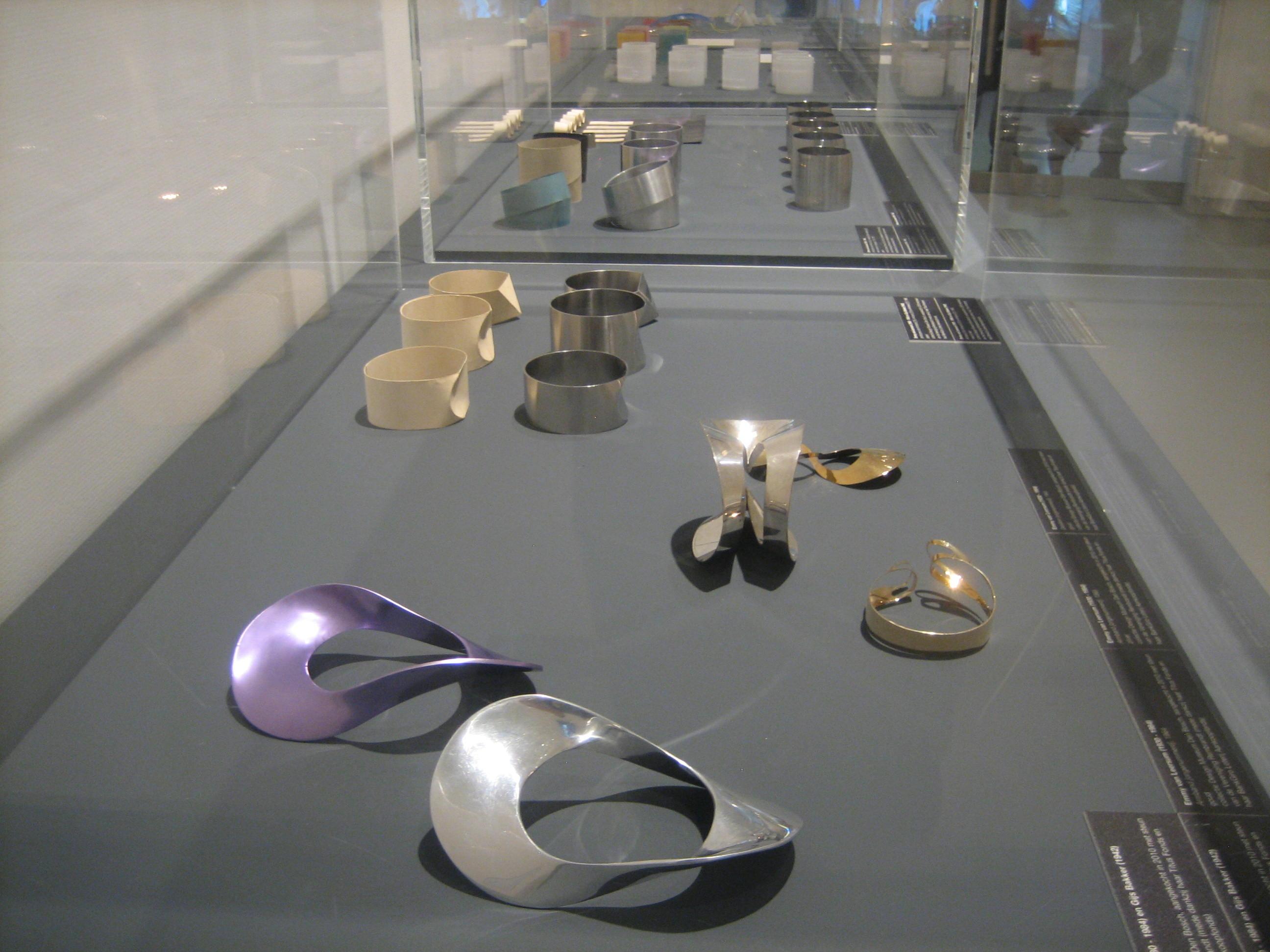 Emmy van Leersum, armbanden. Toen Emmy nu Gijs, Design Museum Den Bosch, 2018, armbanden, vitrine, tentoonstelling, metaal, geanodiseerd aluminium