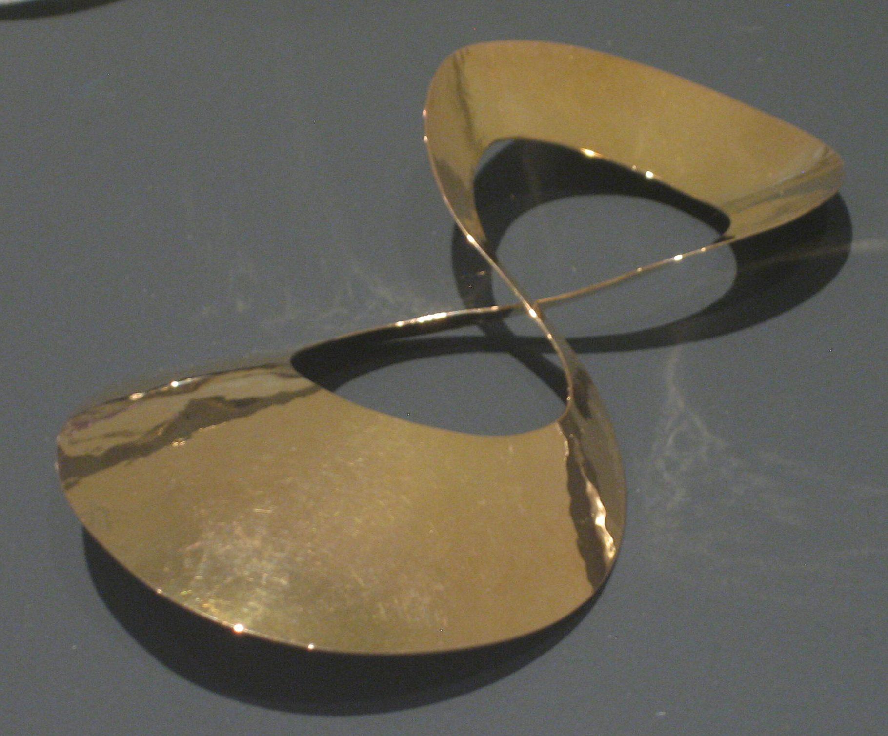 Emmy van Leersum, dasklem, 1965. Toen Emmy nu Gijs. Collectie Design Museum Den Bosch, goud