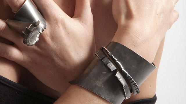 Alina Alamorean, ring en armband, metaal