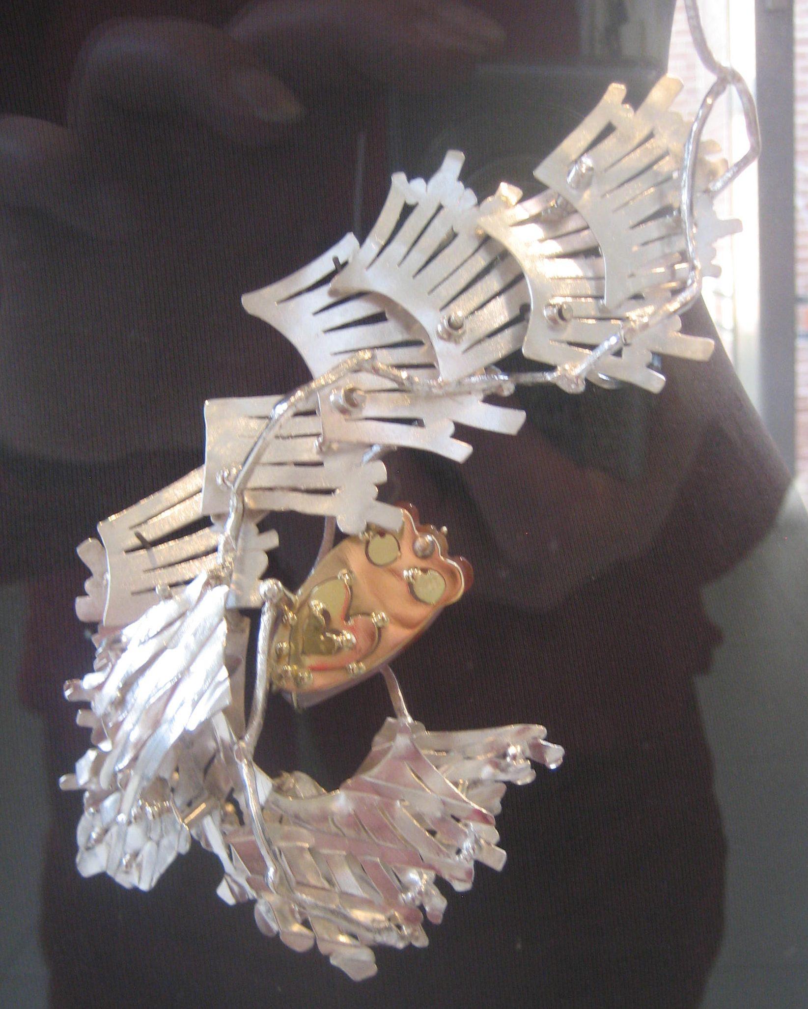 Anneke Schat, Cicada Viventi II, broche/hanger, 2014. Foto Esther Doornbusch, CC BY 4.0