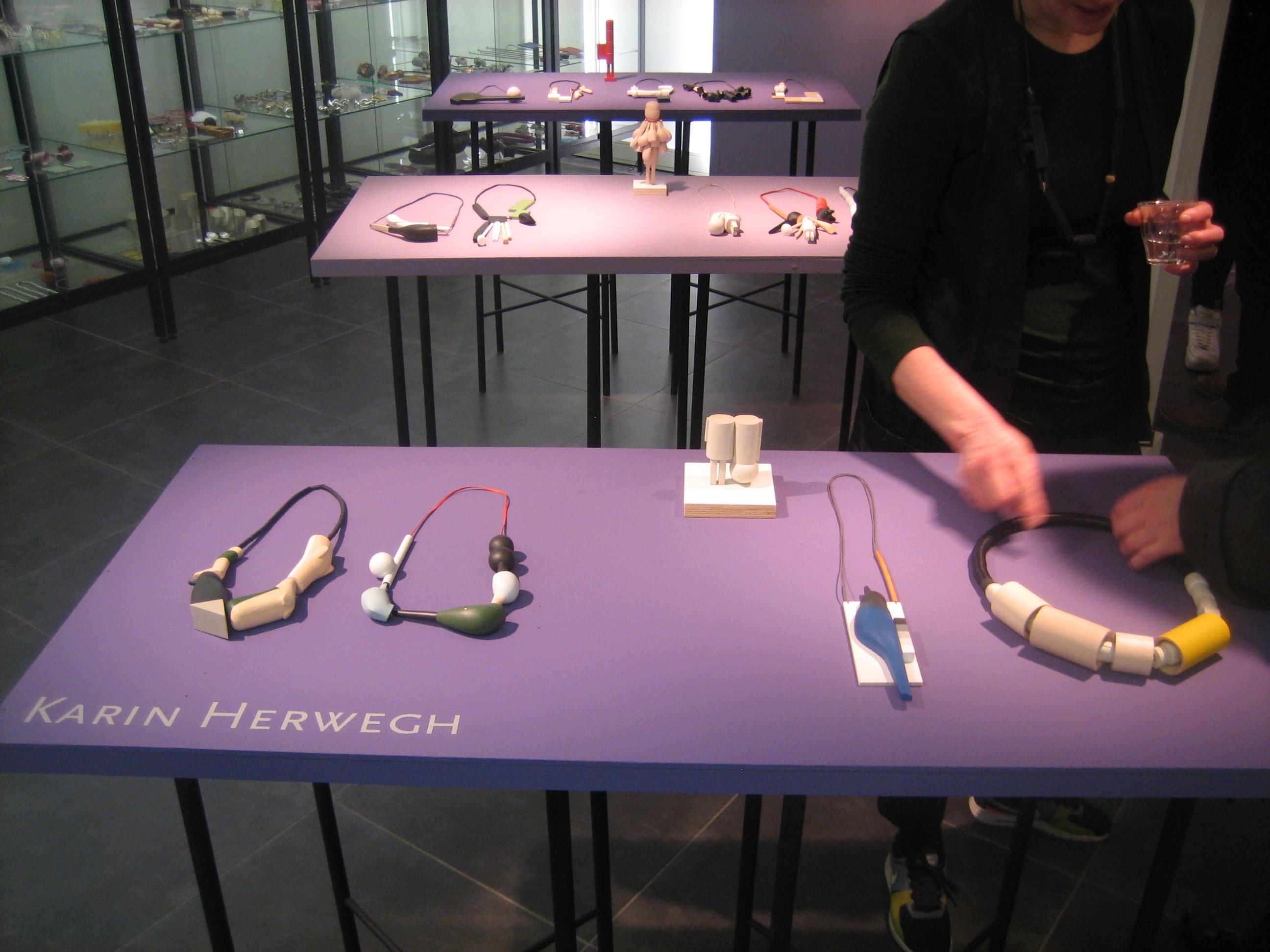 Karin Herwegh in Galerie Ra, 2019, tentoonstelling, halssieraden, hout, textiel, verf