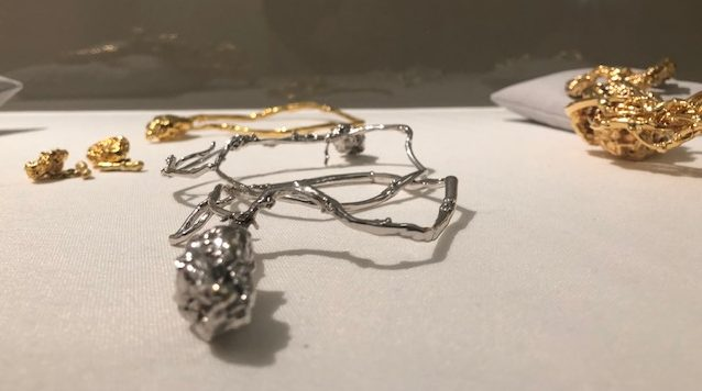 Jacqueline de Jong, sieraden, Stedelijk Museum Amsterdam, 2019. Foto met dank aan Hanno Lans©