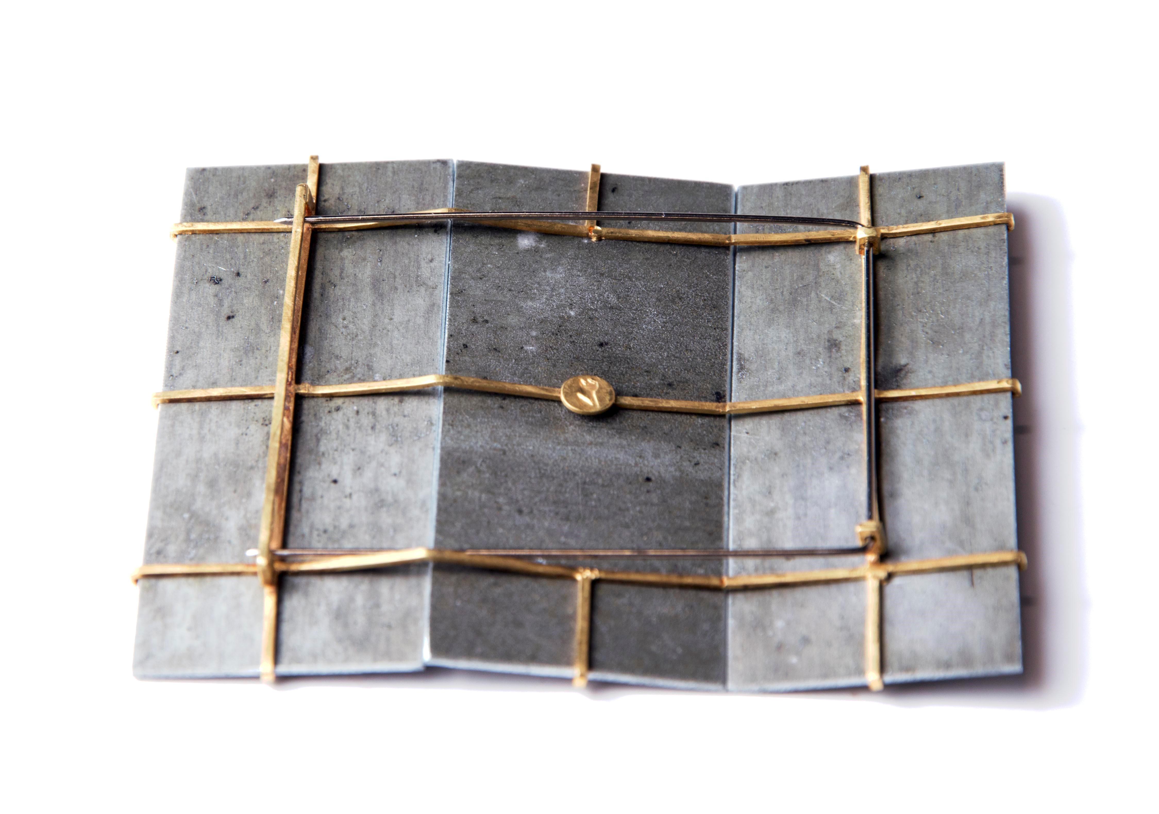 Bettina Speckner, broche, 2005, achterzijde. Collectie CODA, C004821, metaal, goud