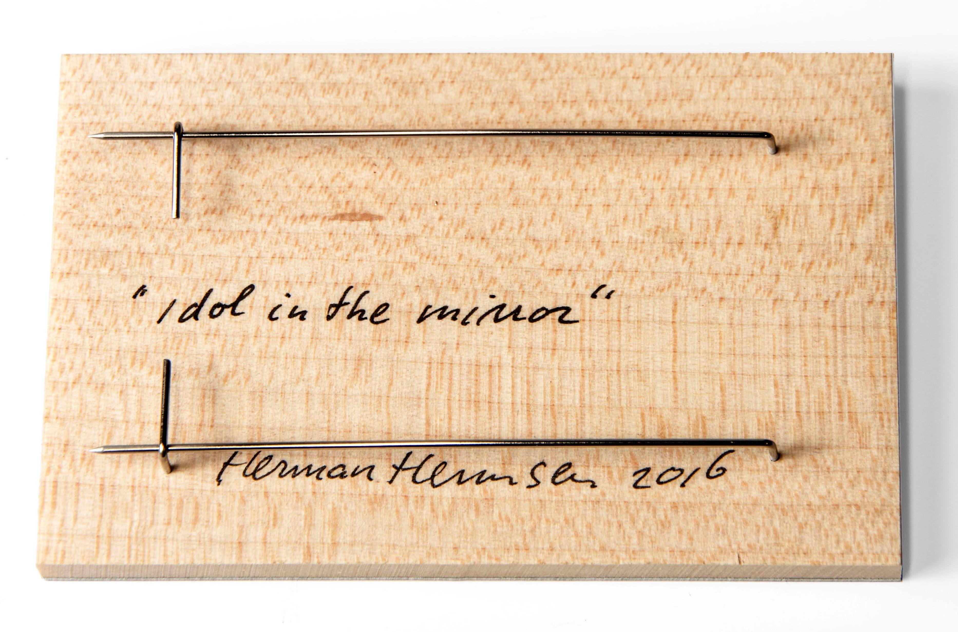 Herman Hermsen, Idol in the mirror, broche, 2016, achterzijde. Collectie CODA. Foto CODA, hout, metaal, inkt