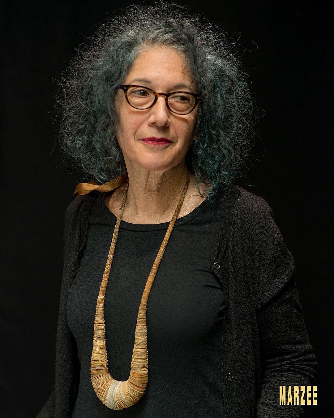 Sondra Sherman draagt een halssieraad van Alexandra Hopp. Foto met dank aan Galerie Marzee©